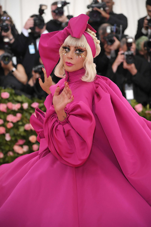 Gaga acompañó el primero de cuatro de sus atuendos con un maquillaje extravagantede pestañas postizas y glitter