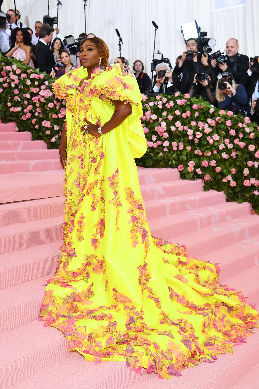 Serena Williams lució un diseño de Versace en amarillo fluorescente y hojas color rosa, en una explosión de color que culminó con unas zapatillas Nike Air, una dualidad que refleja su pasión por el tenis y la temática de la gala