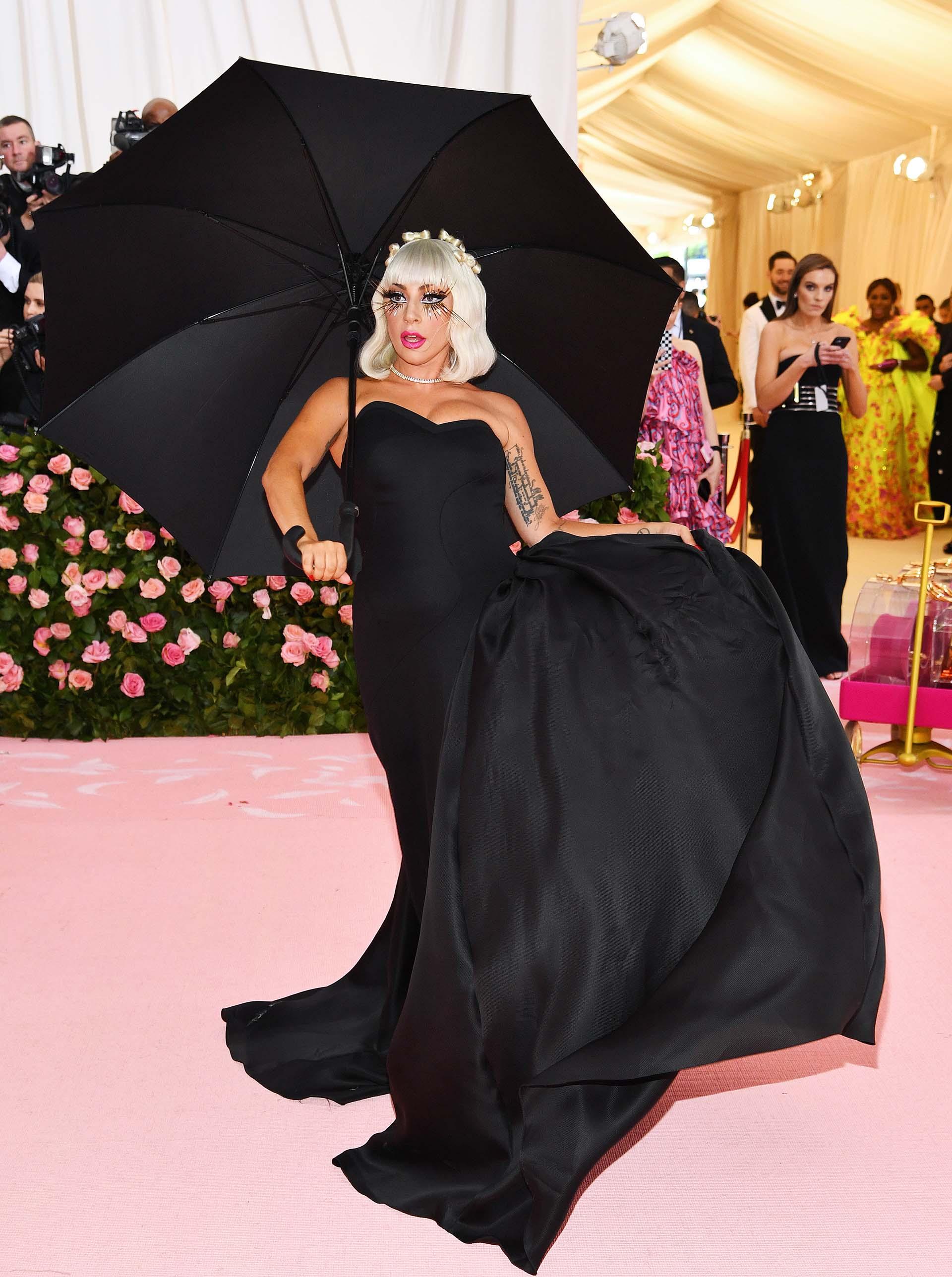 Debajo del eterno vestido fucsia, Gaga lucía un vestido corset negro