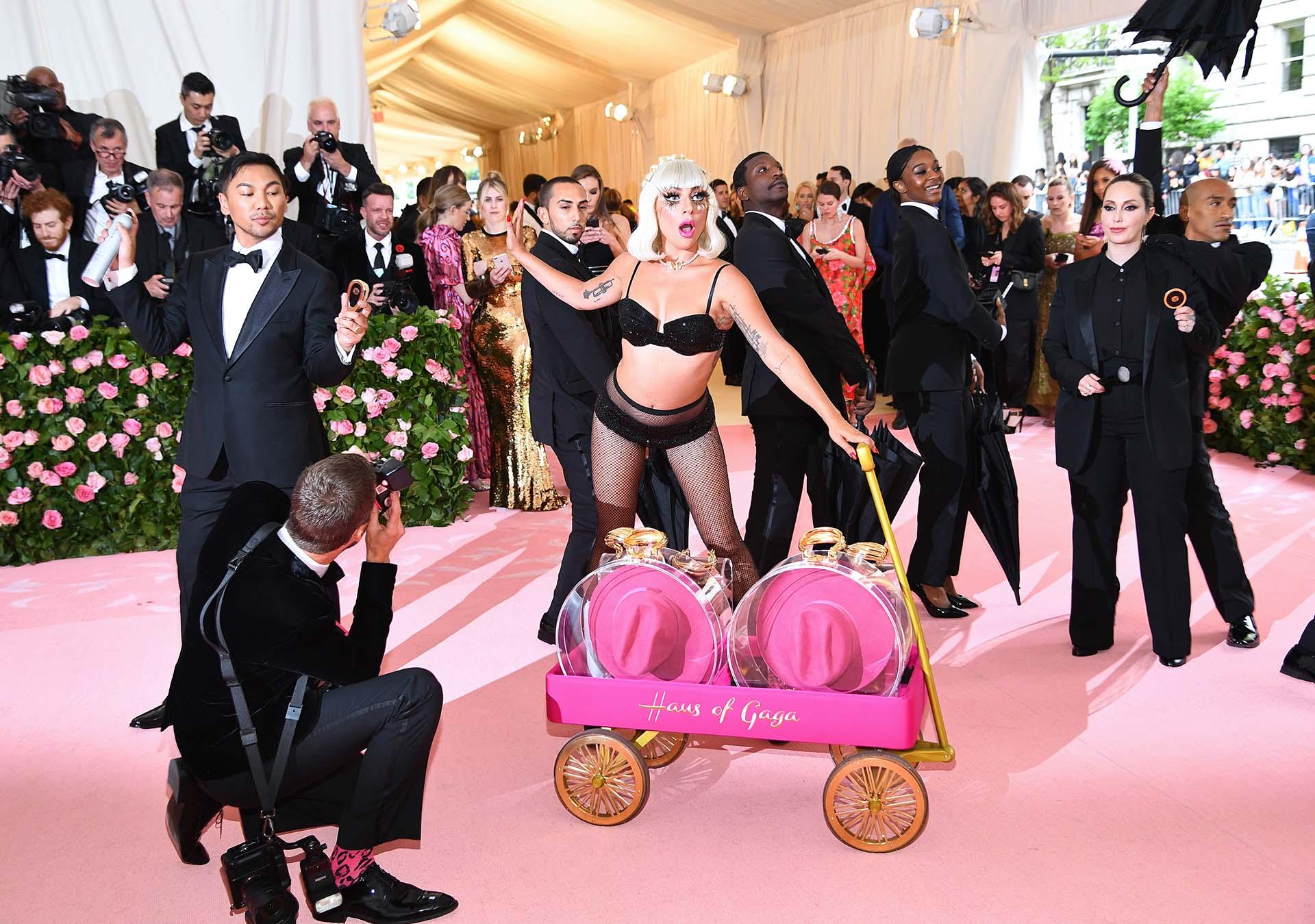 """Por supuesto, no sería un """"momento Lady Gaga"""" sin un poco de sensualidad; la cantante y actriz estadounidense se desnudó hasta lucir un conjunto de ropa interior negro con brillantes para captar las miradas de los espectadores"""