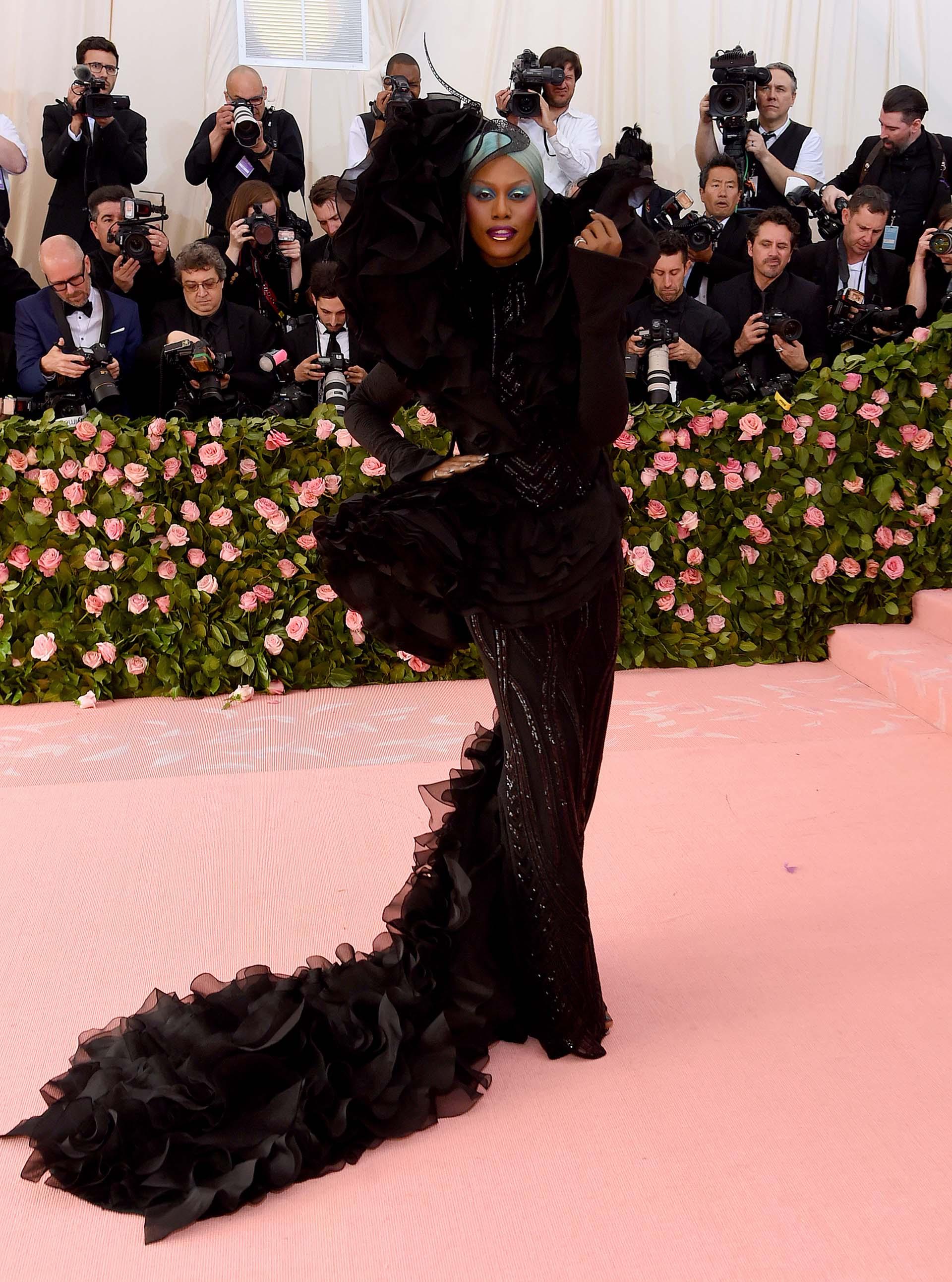 Laverne Coxlució un vestido de Christian Siriano corte sirena en color negro repleto de volados y un turbante color aguamarina