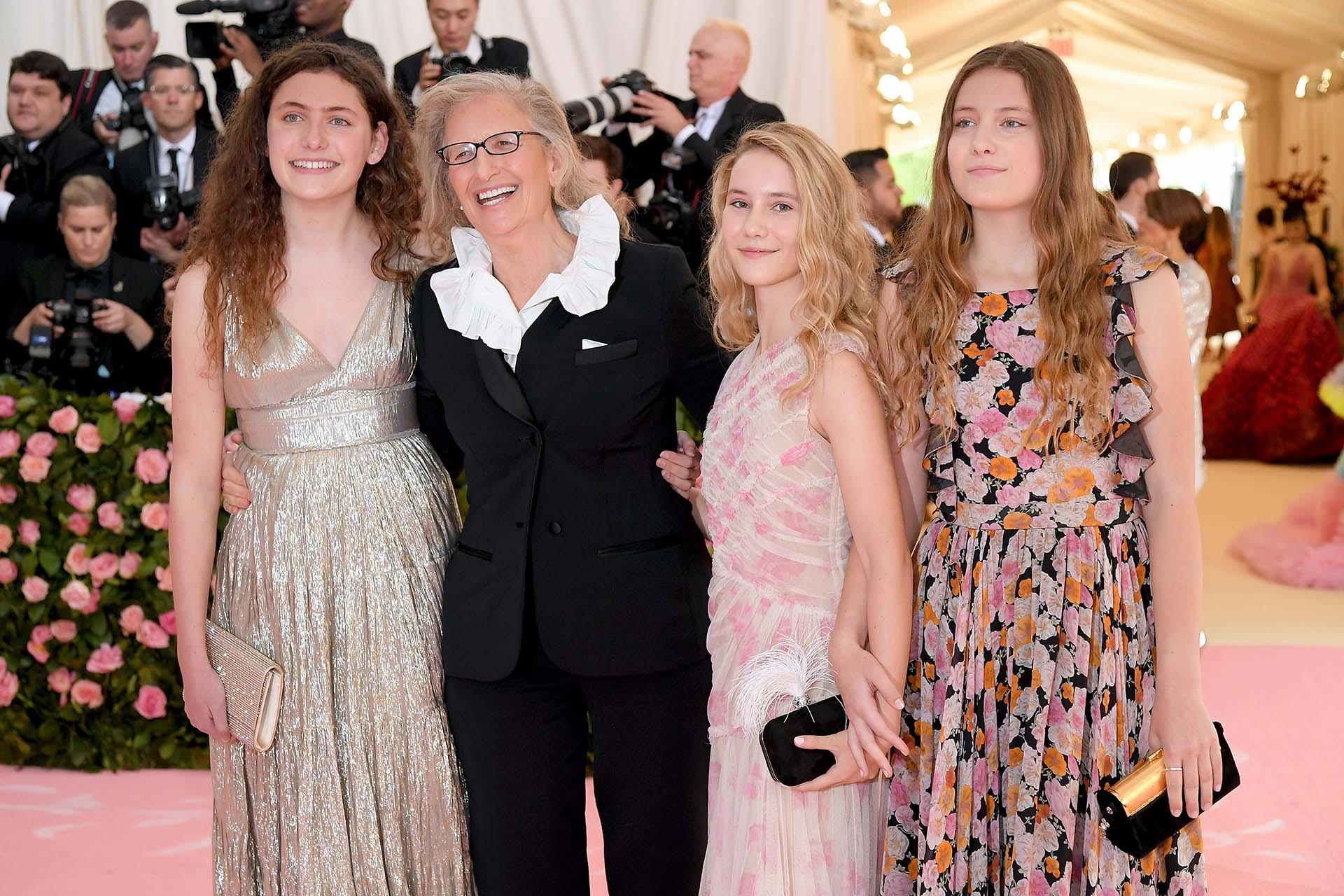Annie Leibovitz con sus hijas Sarah Cameron Leibovitz, Samuelle Rhinebeck y Susan Leibovitz, optaron por atuendos quizás menos arriesgados que se inclinan a un look boho chic