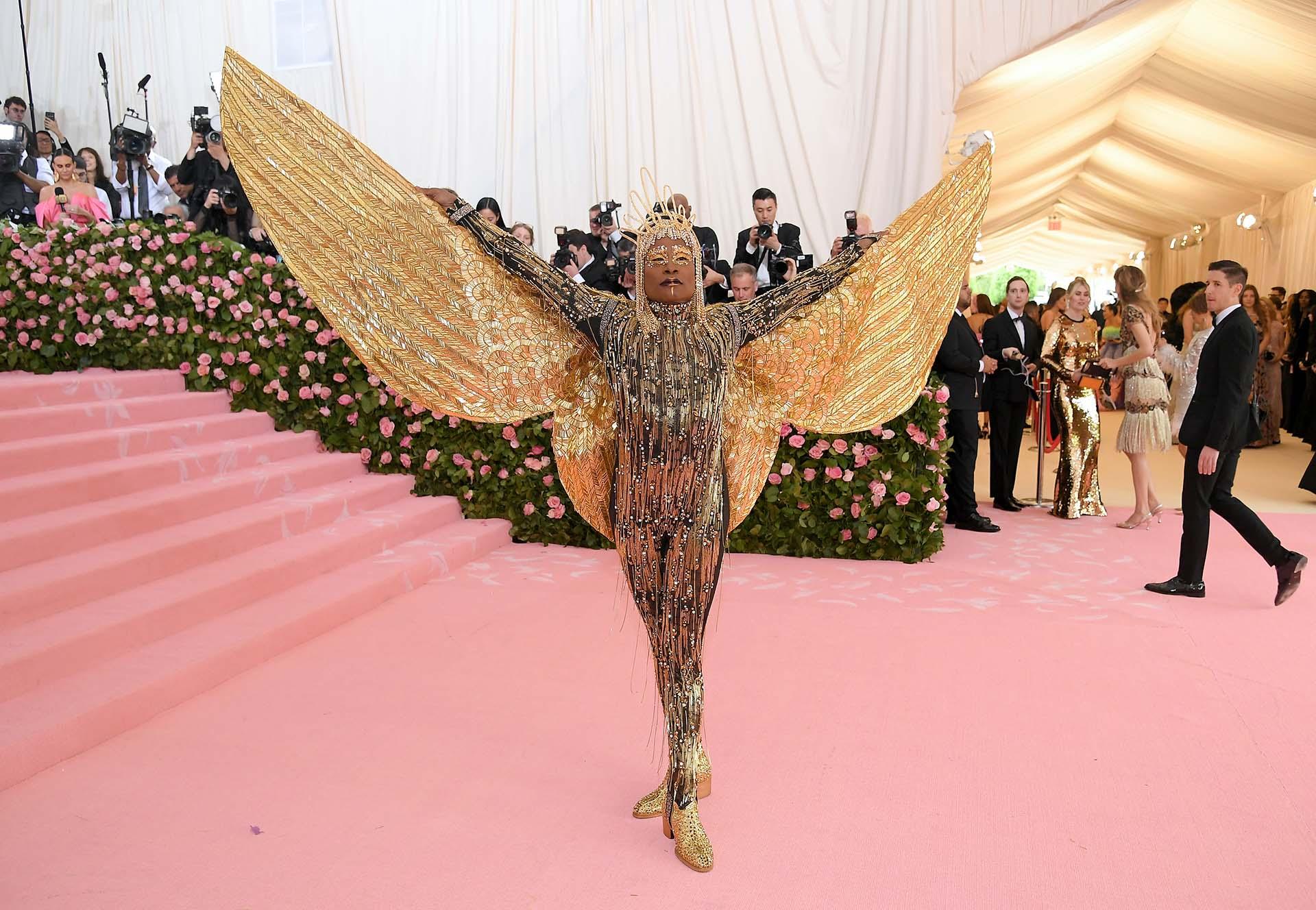 Un verdadero dios del sol, Porter llegó enfundado en un traje enterizo de The Blondsa puro dorado y repleto de detalles, su look se completó cuando desplegó sus brazos como dos alas