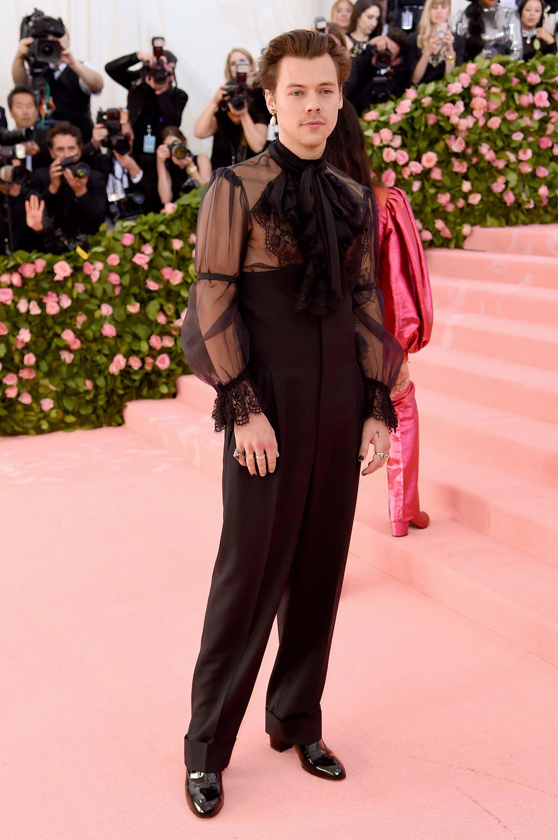 Harry Styles con un total look de Gucci creado por el diseñador Alessandro Michele. Las transparencias, los volados y un aro en la oreja lo convirtieron en el hombre más arriesgado del evento