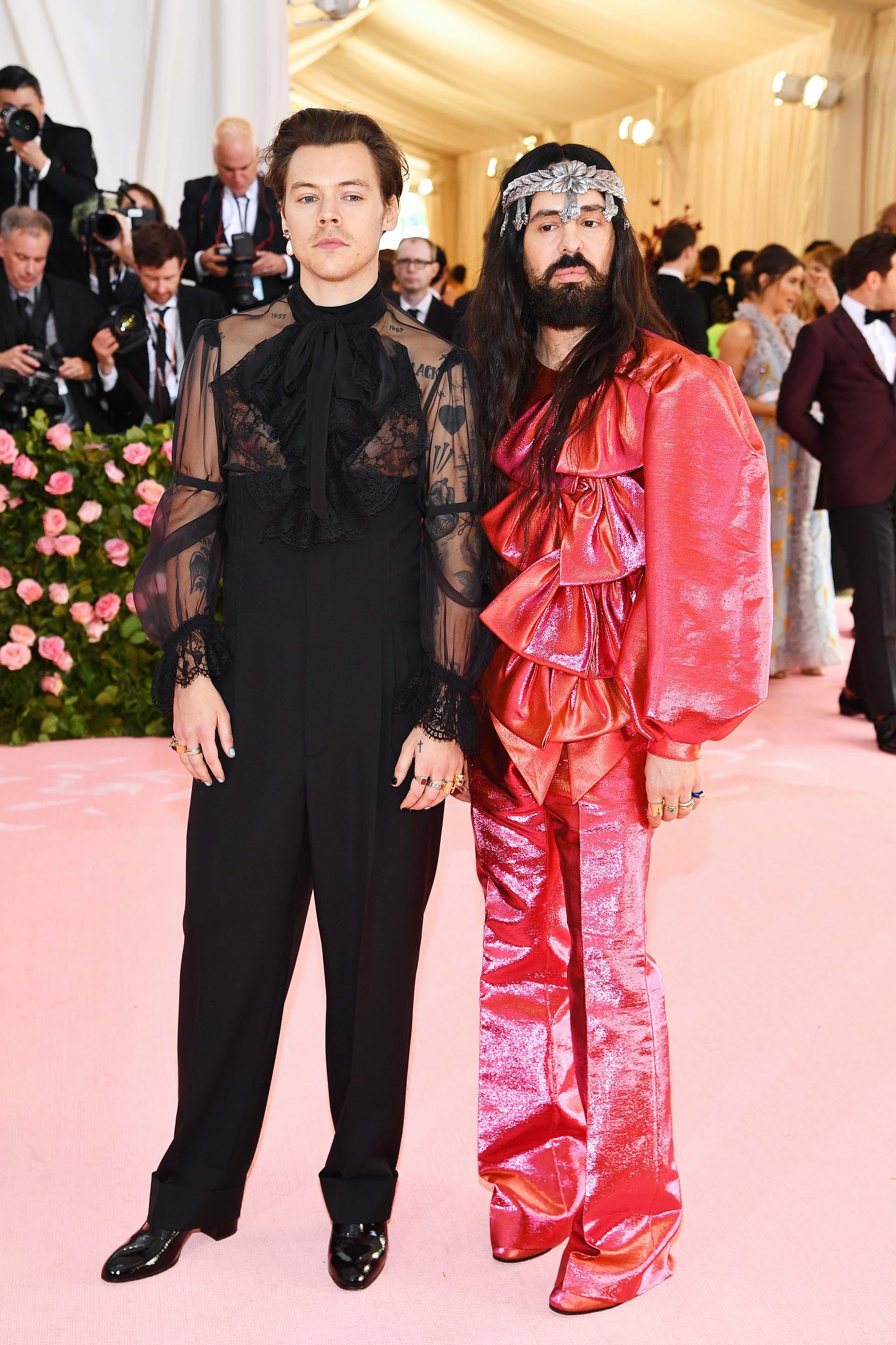 Harry Styles y el director creativo Alessandro Michele cumplieron a la perfección con la temática de #MetGala. En esta ocasión ambos se han decantado por la firma Gucci