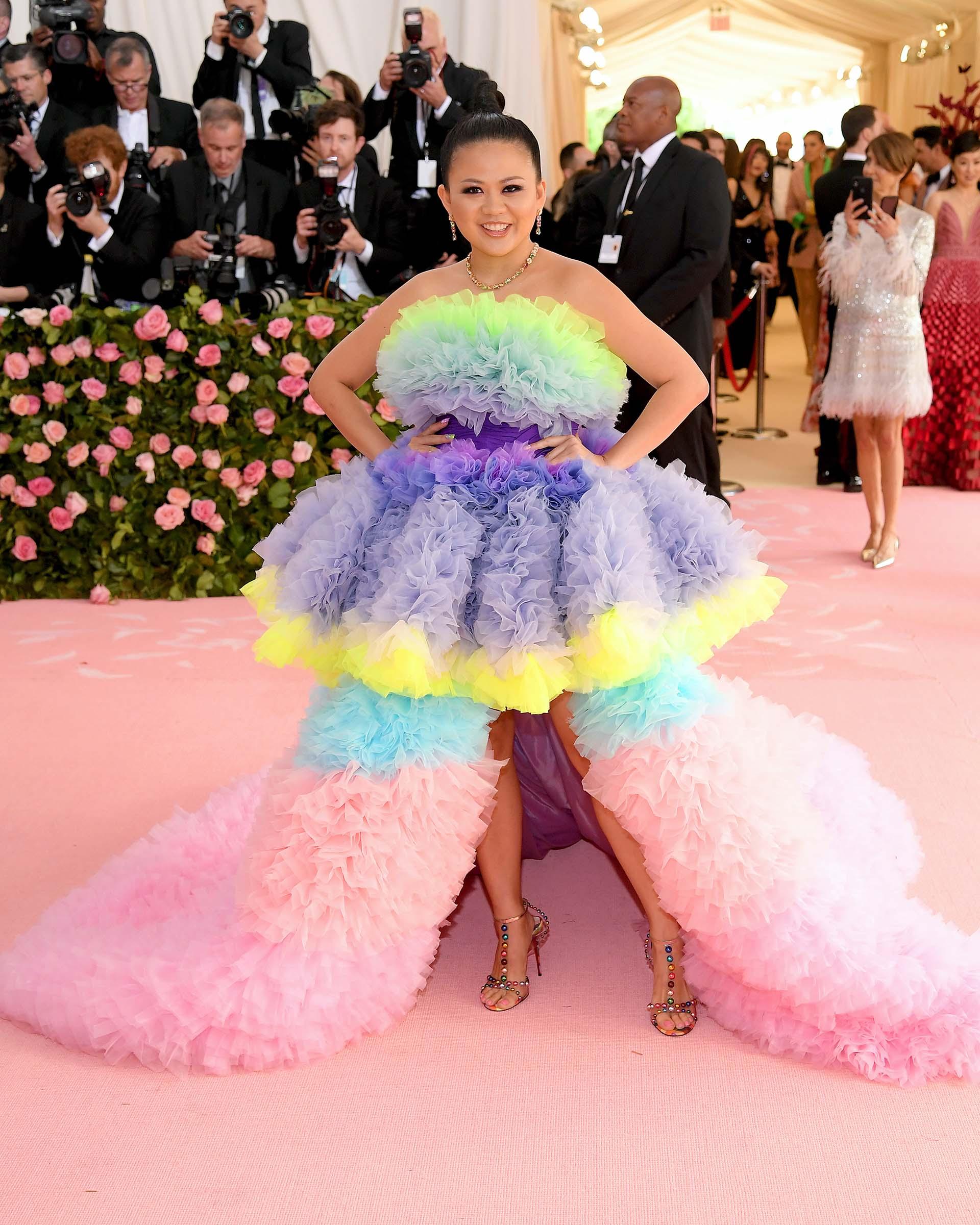 Nichapat Suphap, una de las editoras de Vogue Tailandia, optó por un diseño de Tomo Koizumi esponjoso y colorido