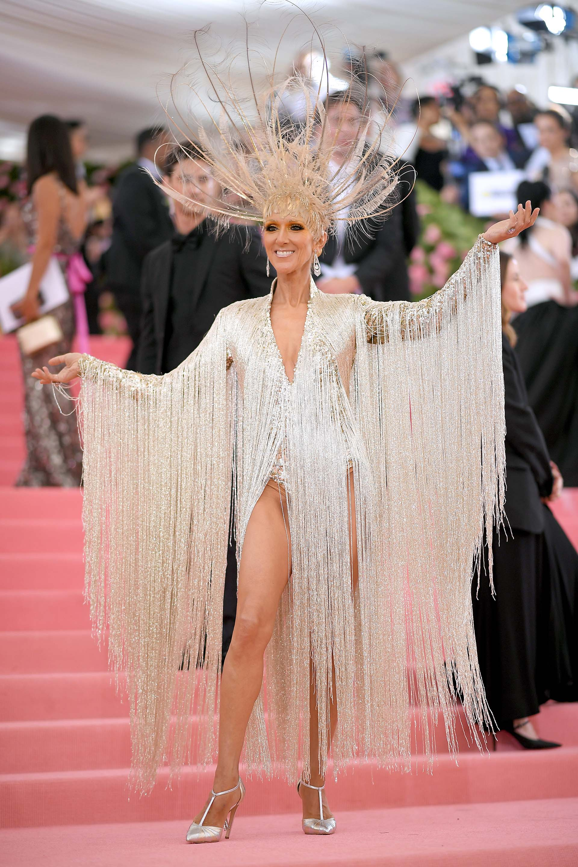 Celine Dion luce un Oscar de la Renta: un bodymetalizado y una cascada de flecos, que completa con una corona de plumas
