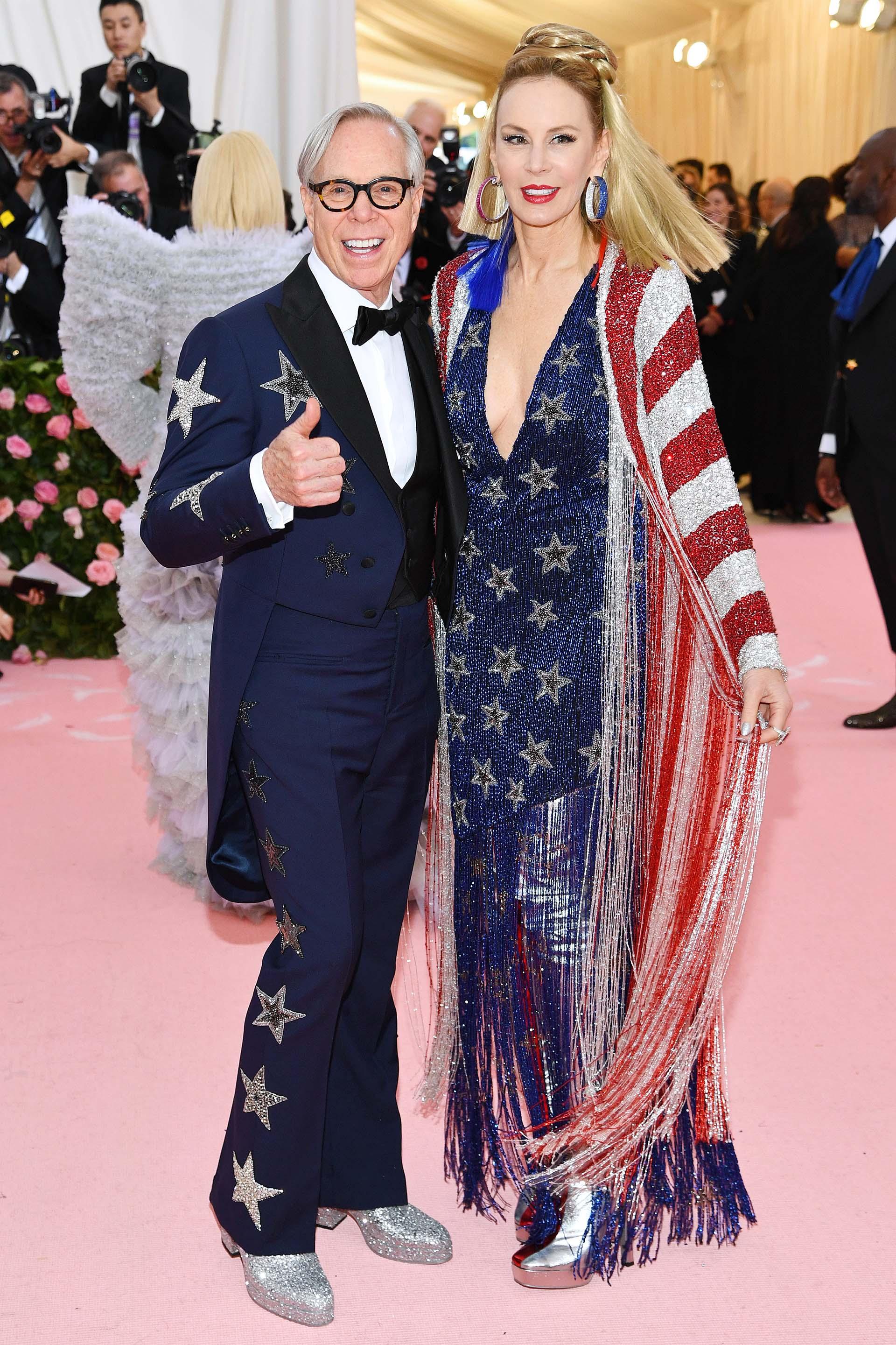 Tommy Hilfigery Dee Hilfiger lucieron looks patriotas ochentosos de flecos, lentejuelas y mucho glitter