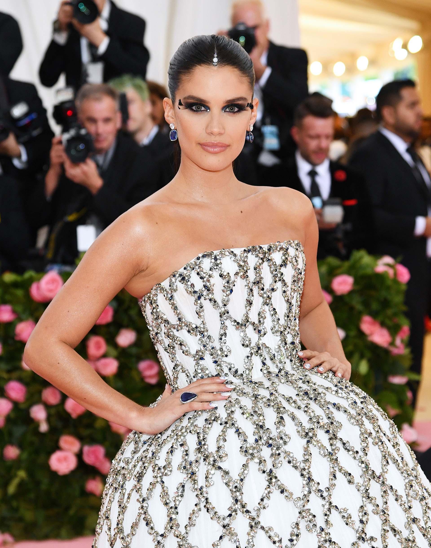 La modelo portuguesa y ángel de Victoria Sara Sampaio optó por un vestido strapless blanco con apliques plateados