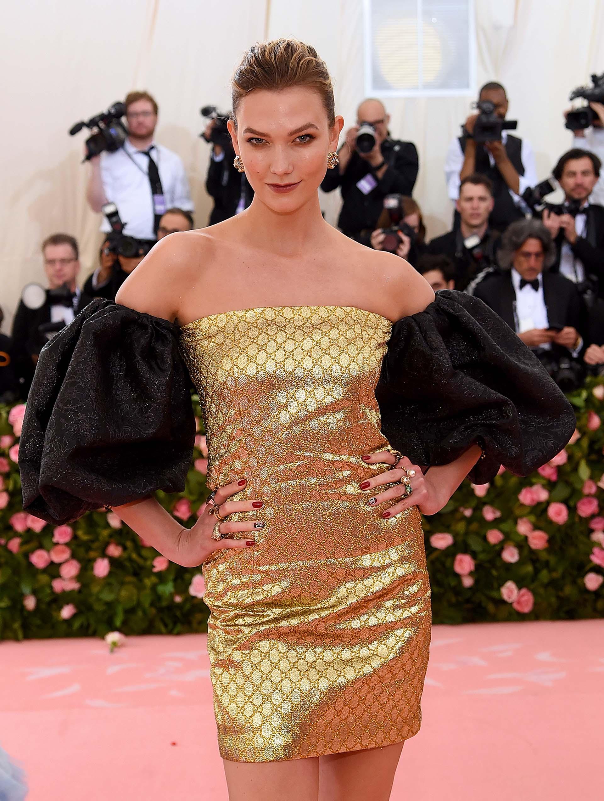 La modelo de Victoria's SecretKarlie Kloss se presentó en un mini vestido dorado con mangas negras abultadas