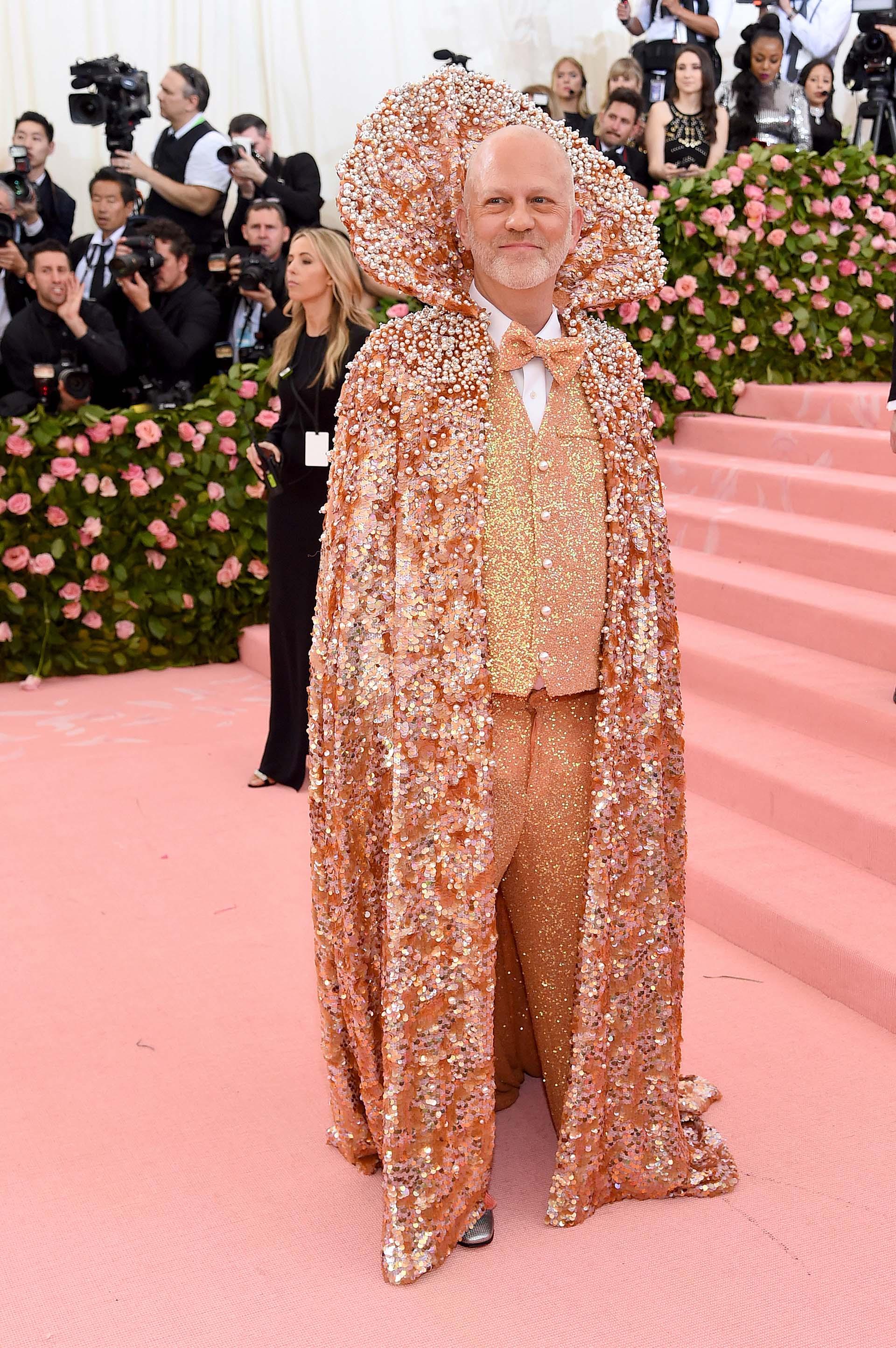 Ryan Murphy apostó quizás por uno de los looks más camp de la MET gala: con un traje con brillos y una capa estilo Drácula con perlas bordadas