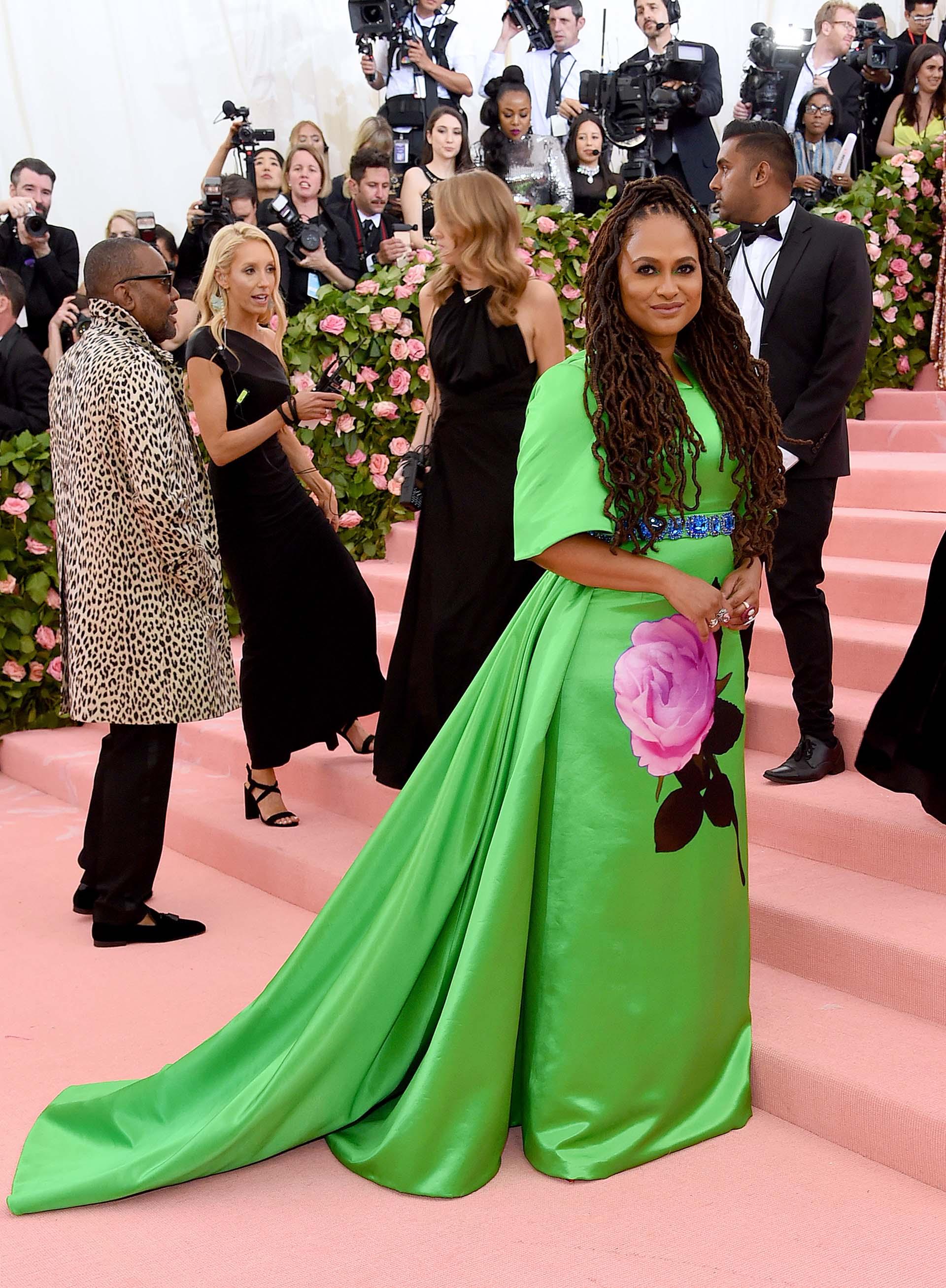 La directora de cine Ava DuVernaylució un modelo muy kitsch de Prada en color verde loro con una rosa gigante como estampado en el frente