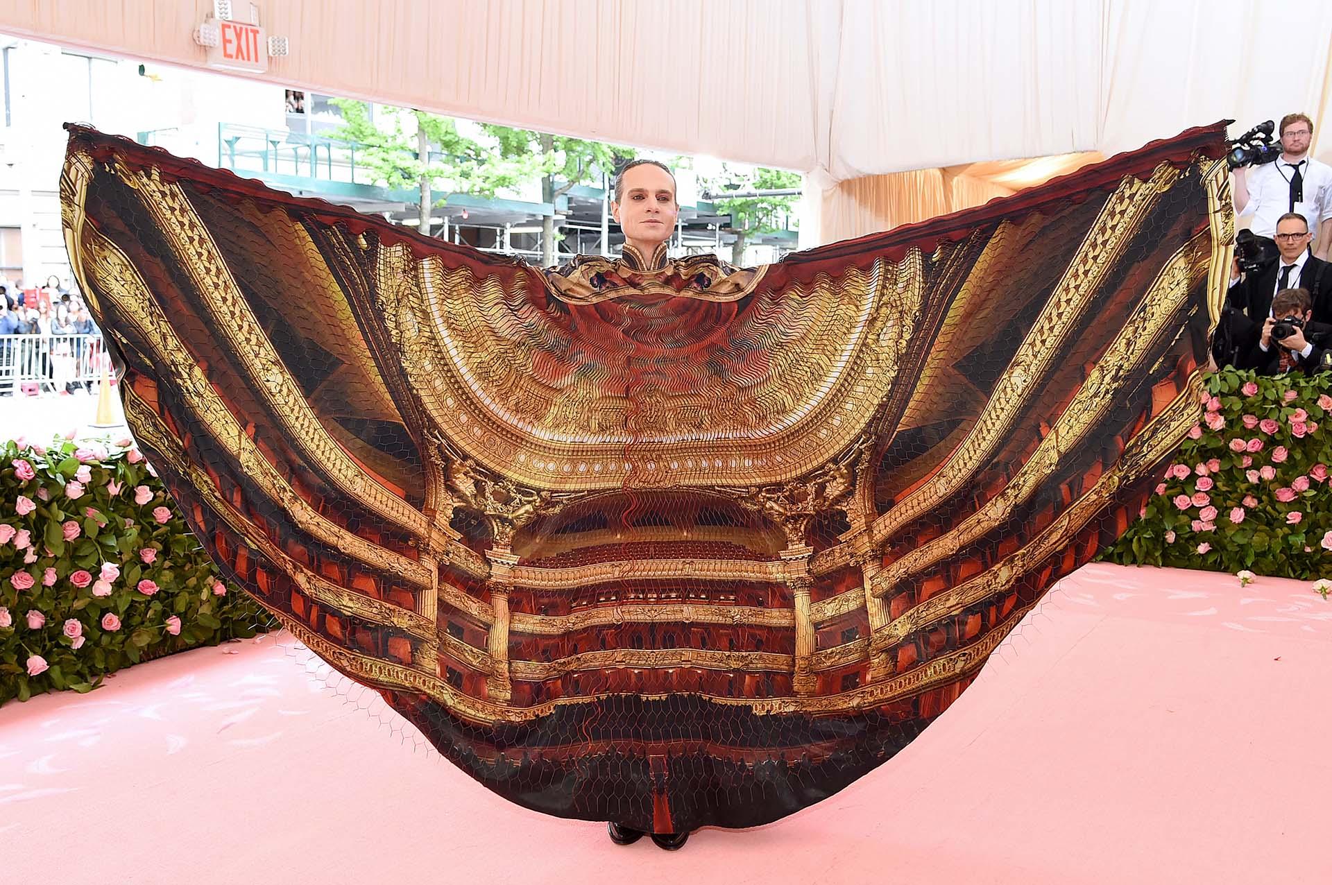 El productor de Broadway Jordan Roth le rindió tributo a su pasión con un diseño de Iris van Herpen con la imagen de un teatro