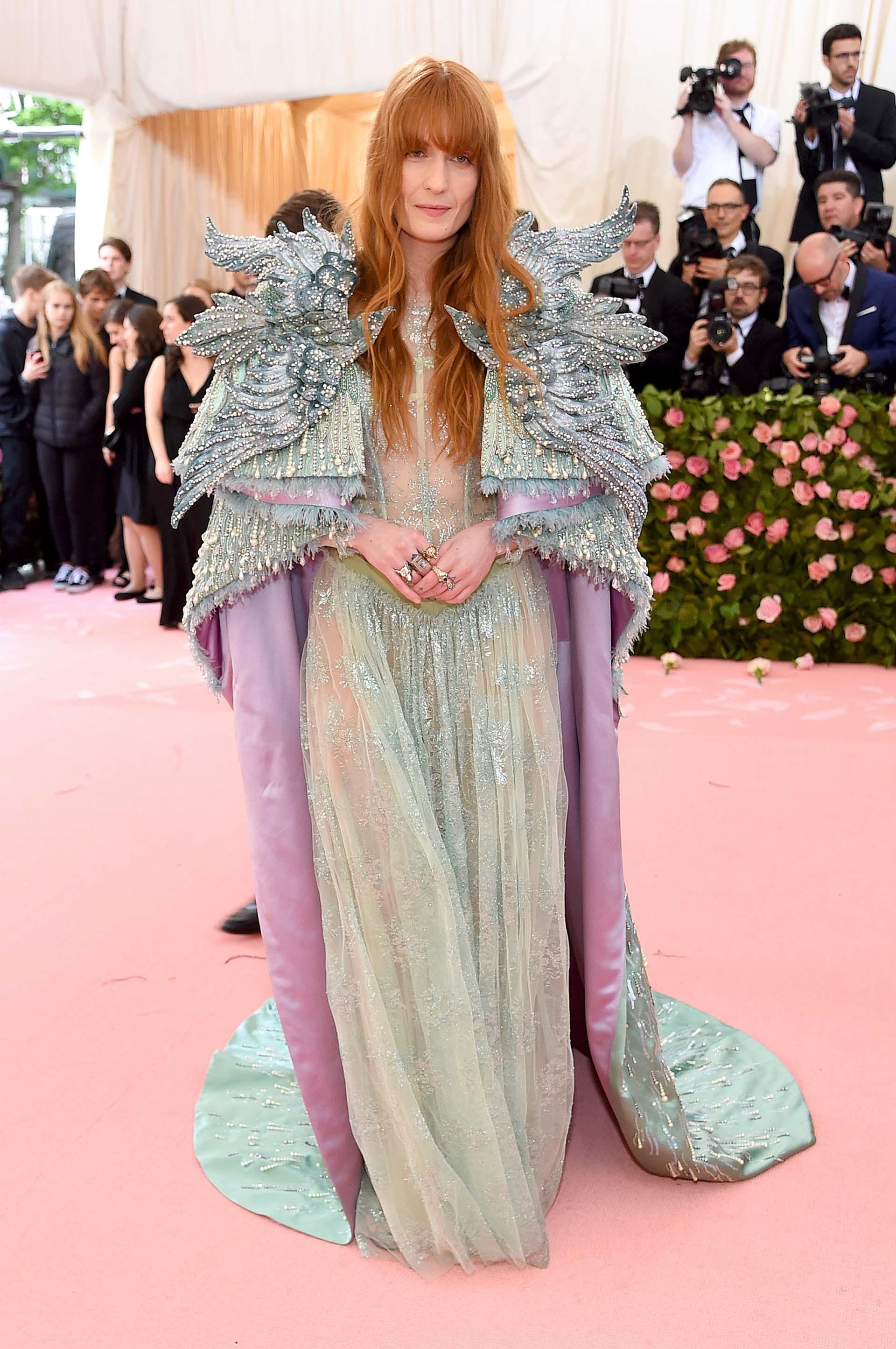 La cantante Florence Welch apostó por un vestido multicolor concapa de Gucci
