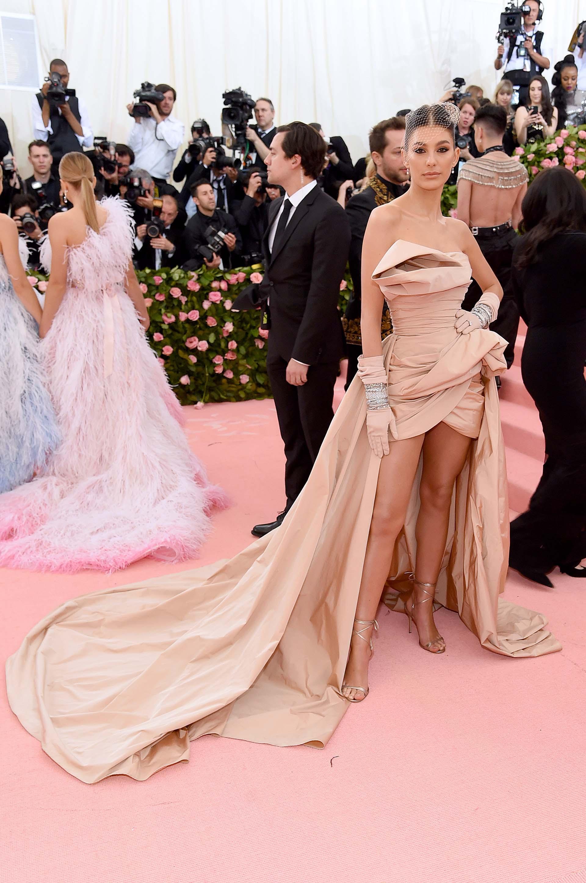 Laargentina Camila Morrone lució un vestido color nude con guantes y sandalias a tono, y un velo de red