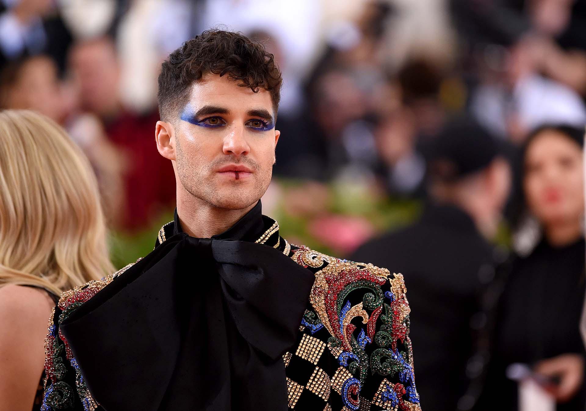 Darren Criss lo arriesgó todo con un maquillaje osado de sombra de ojos en tonalidades azules y un outfit Balmain