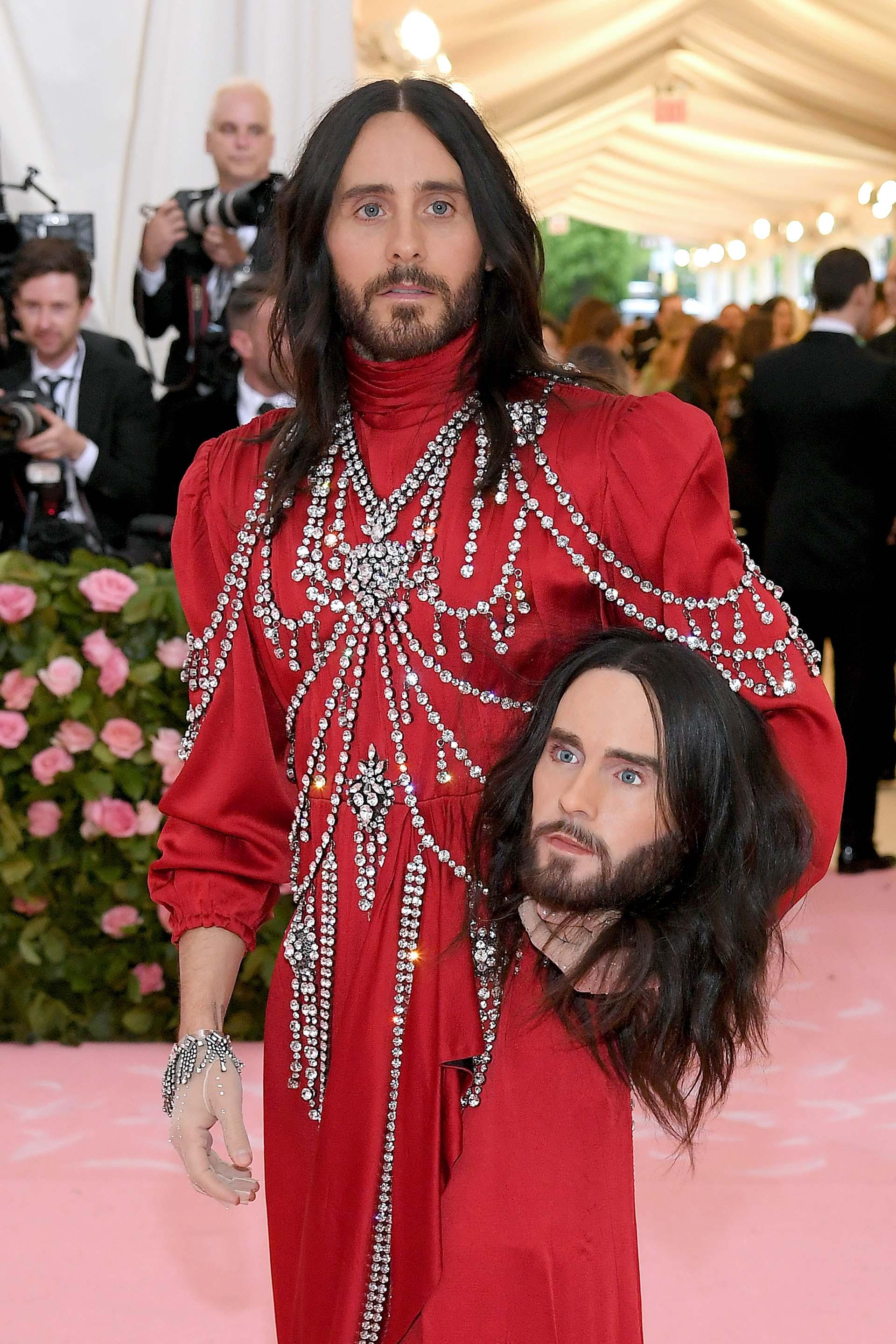 En un traje rojo con joyas plateadas de Gucci, Jared Leto llevó una réplica tamaño real de su cabeza haciendo honor al desfile otoño/invierno 2018 de la firma de lujo