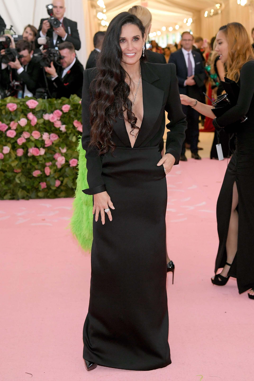 Demi Mooreen un sobrio vestido negro por Saint Laurent