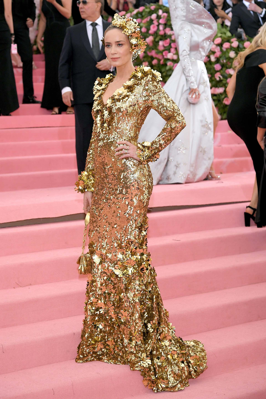 Emily Blunt lució un vestido manga larga dorado que acompañó con una corona de flores haciendo juego