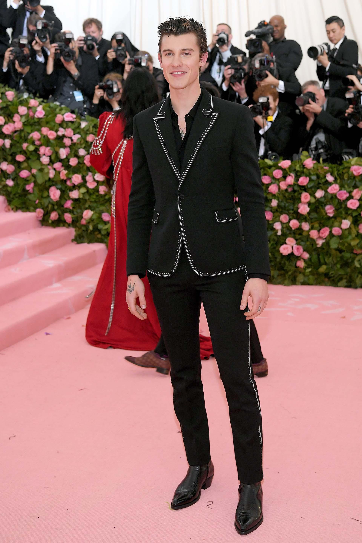Shawn Mendes optó por un sencillo traje negro con detalles de costuras en blanco