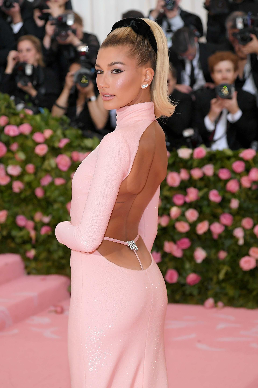 """Esta vez sin Justin, Hailey Bieber parecía una Barbie con un vestido rosa pastel de Alexander Wang y una cola de caballoalta hecha con una """"scrunchie"""""""