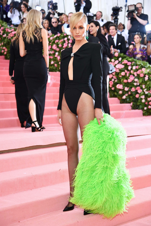 Amber Vallettase animó a lucir un body negro cavado con una chaqueta de plumas verdes fluorescentes