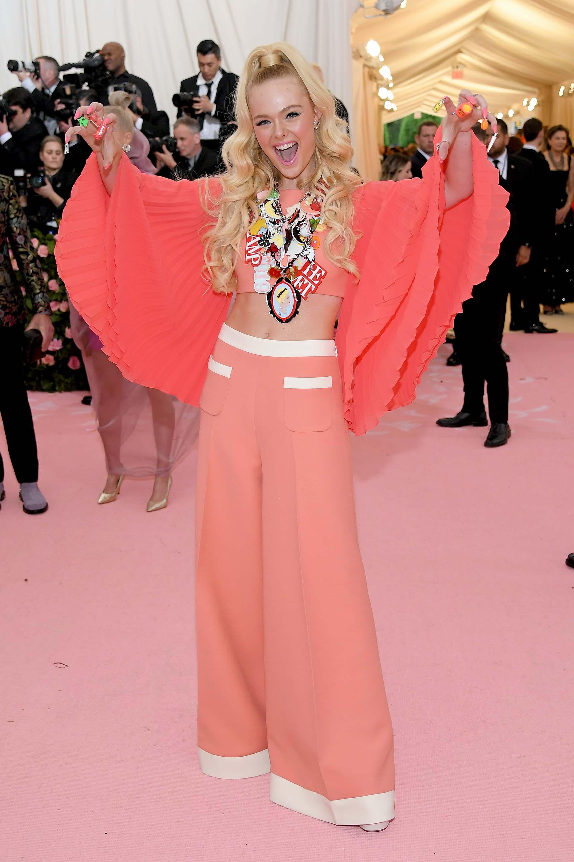 Parches, apliques y colores fueron los protagonistas del look salmón de la joven actriz Elle Fanning