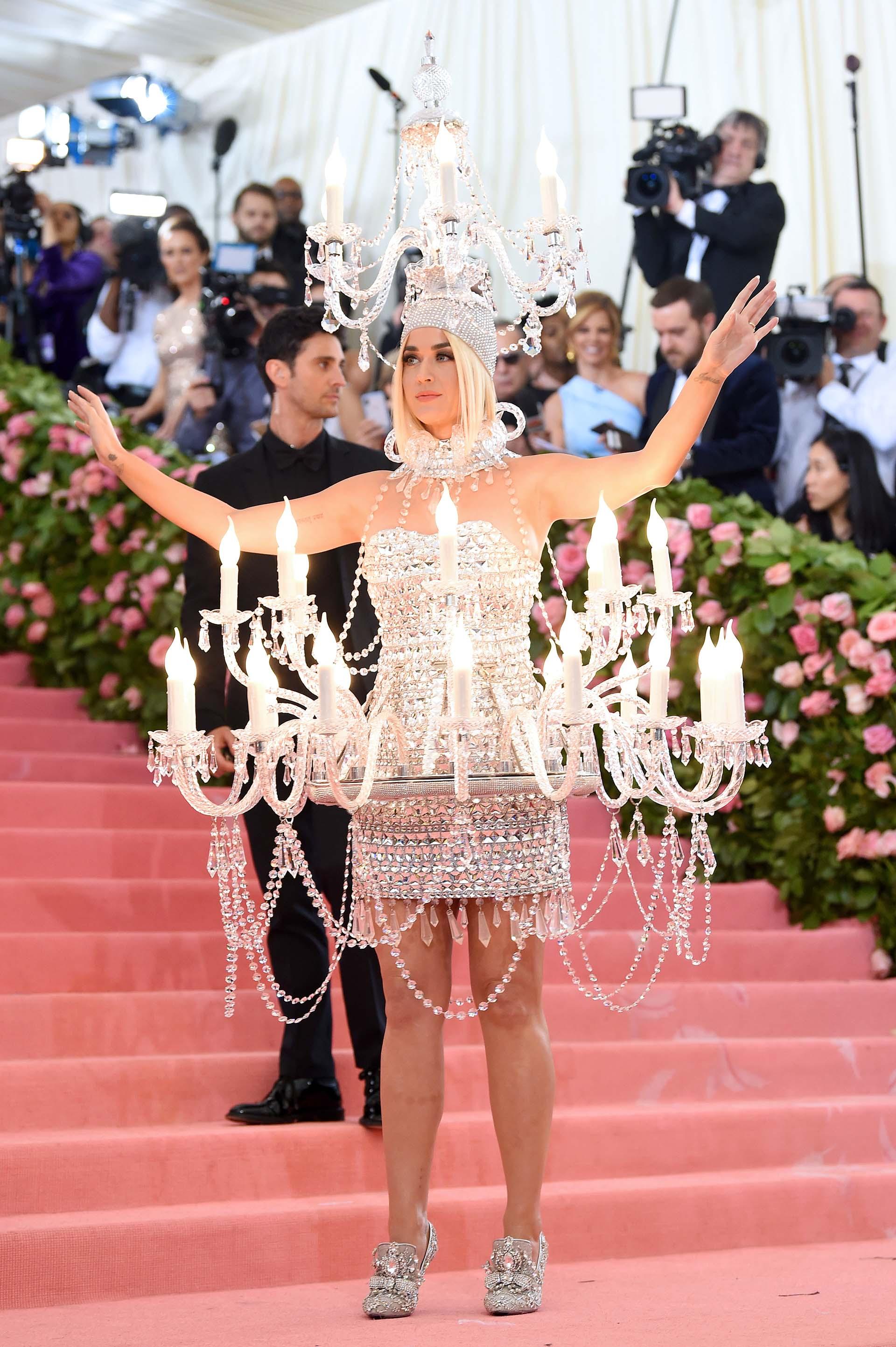 Katy Perry llegó para iluminar la alfombra rosa de la Gala Met vestida de candelabro
