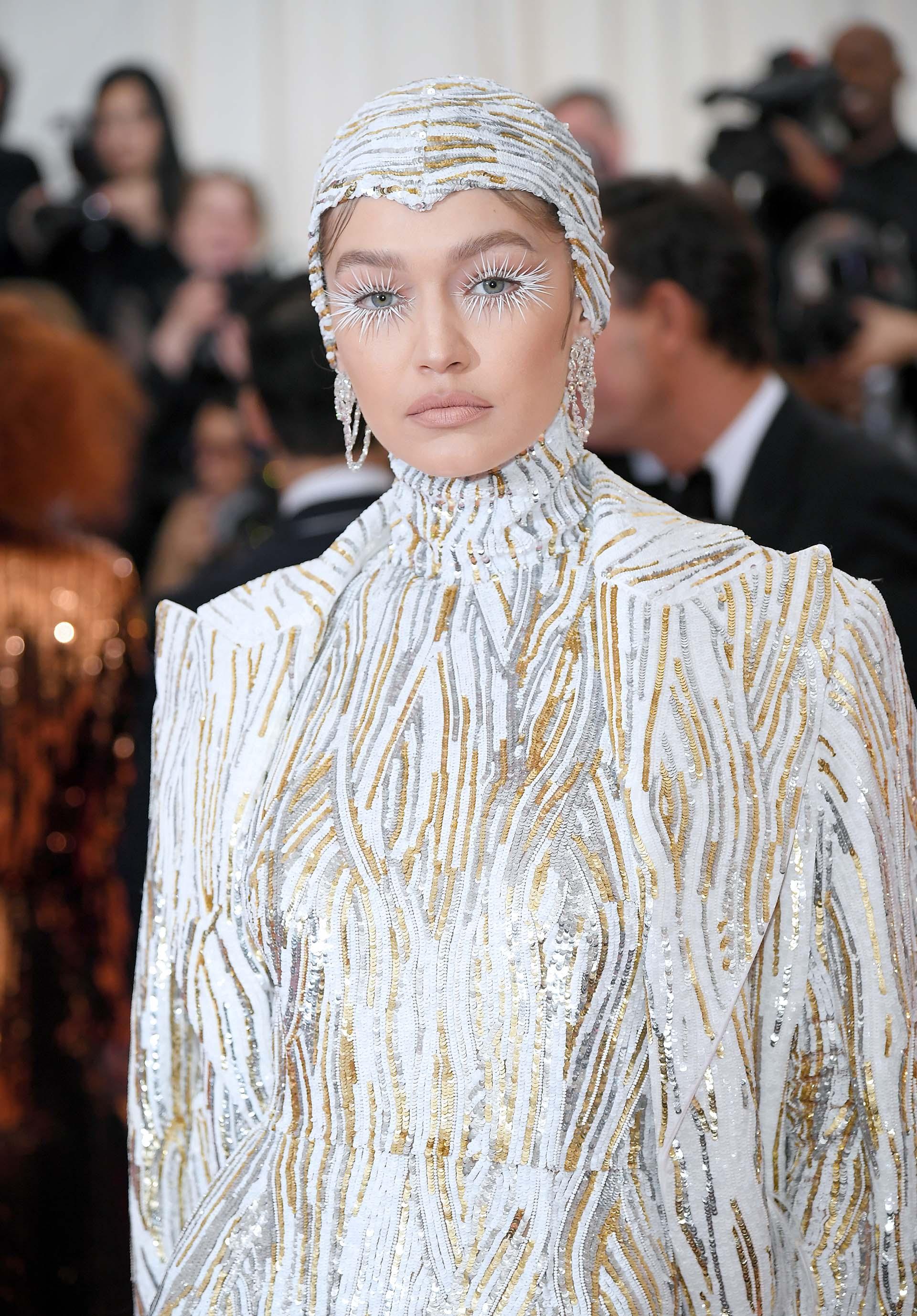 Blanco, dorado y plateado para la supermodelo Gigi Hadid. El diseñador Michael Kors fue quien ideó el conjunto de lentejuelas