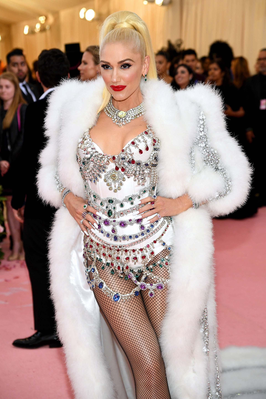 La cantante Gwen Stefani lució un body de strass, medias de red y tapado de piel. Las colas de caballo fueron uno de los peinadosmás utilizados