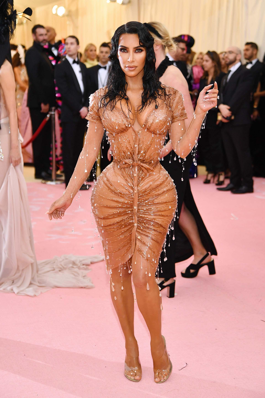 Una de las más esperadas, Kim Kardashian West, captó las miradas de muchos con un wet look de transparencias y gotas plásticas
