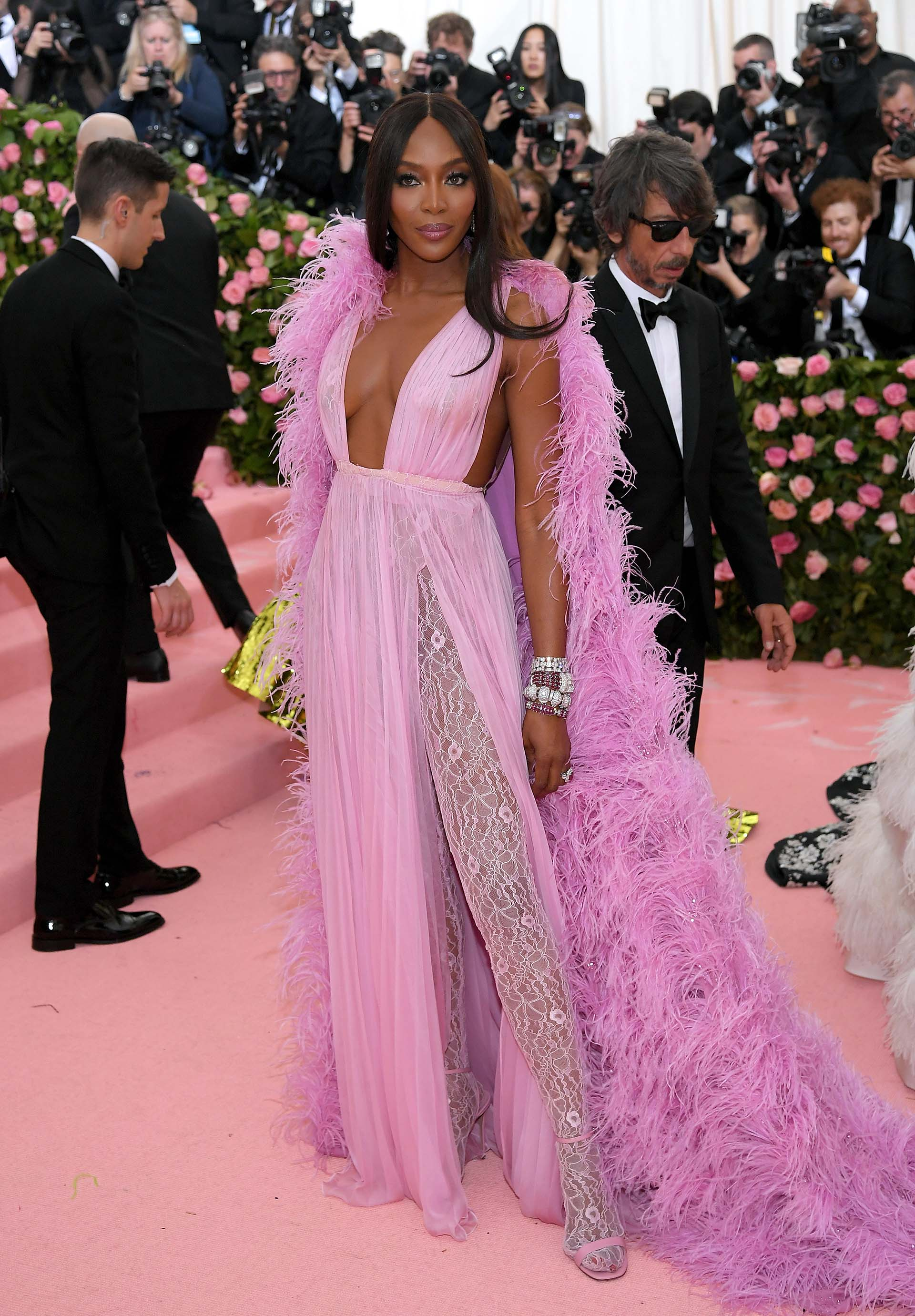 La supermodelo Naomi Campbell optó por un look total pink de pies a cabeza
