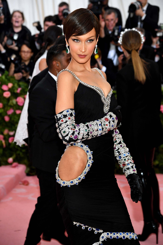 En un vestido de terciopelo negro con apliques de diamantes de colores BellaHadid dio el presente en la alfombra rosa. La joven modelo de 22 años compartió el look con el reconocido diseñador Jeremy Scott