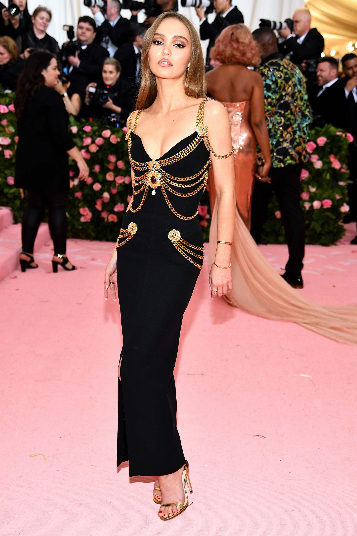 Lily-Rose Depp deslumbró en un vestido negro vintage