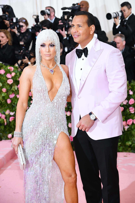 Jennifer Lopez y Alex Rodriguez engamados. JLo apostó por el brillo para esta gala y eligió a la firma Versace