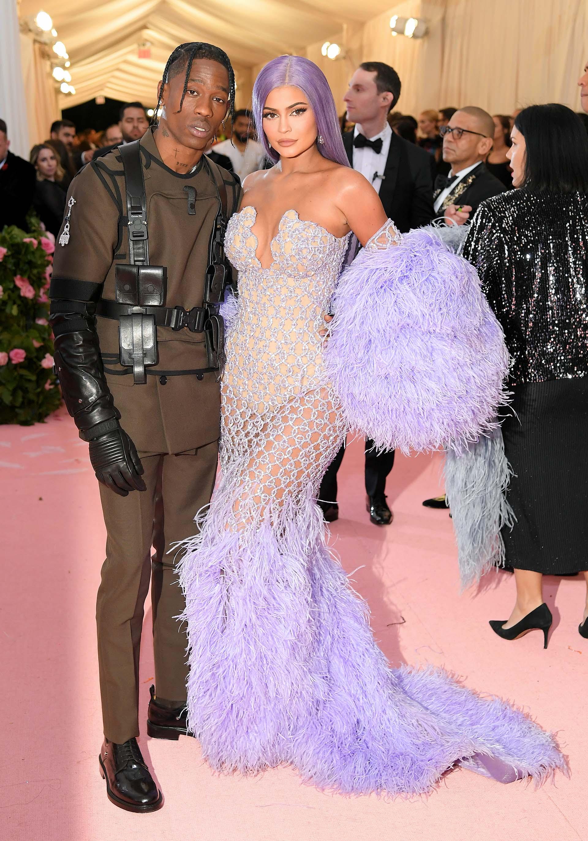 Travis Scott, incluso9 al lado de Kylie Jenner, no pasó desapercibido con su outfit creado por Dior