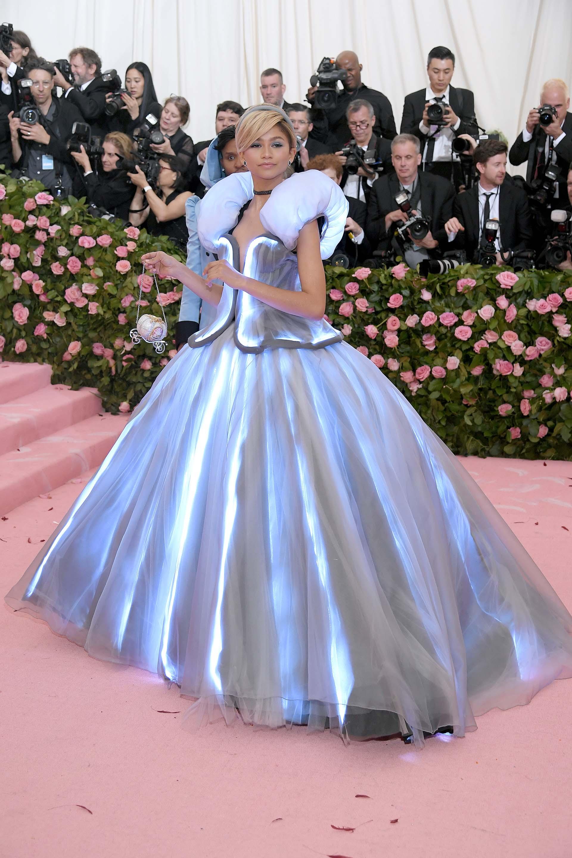 Clásica pero futurista y con un toque de Cenicienta, Zendaya optó por un vestido tecnológico deTommy Hilfiger, que contaba con su propia iluminación