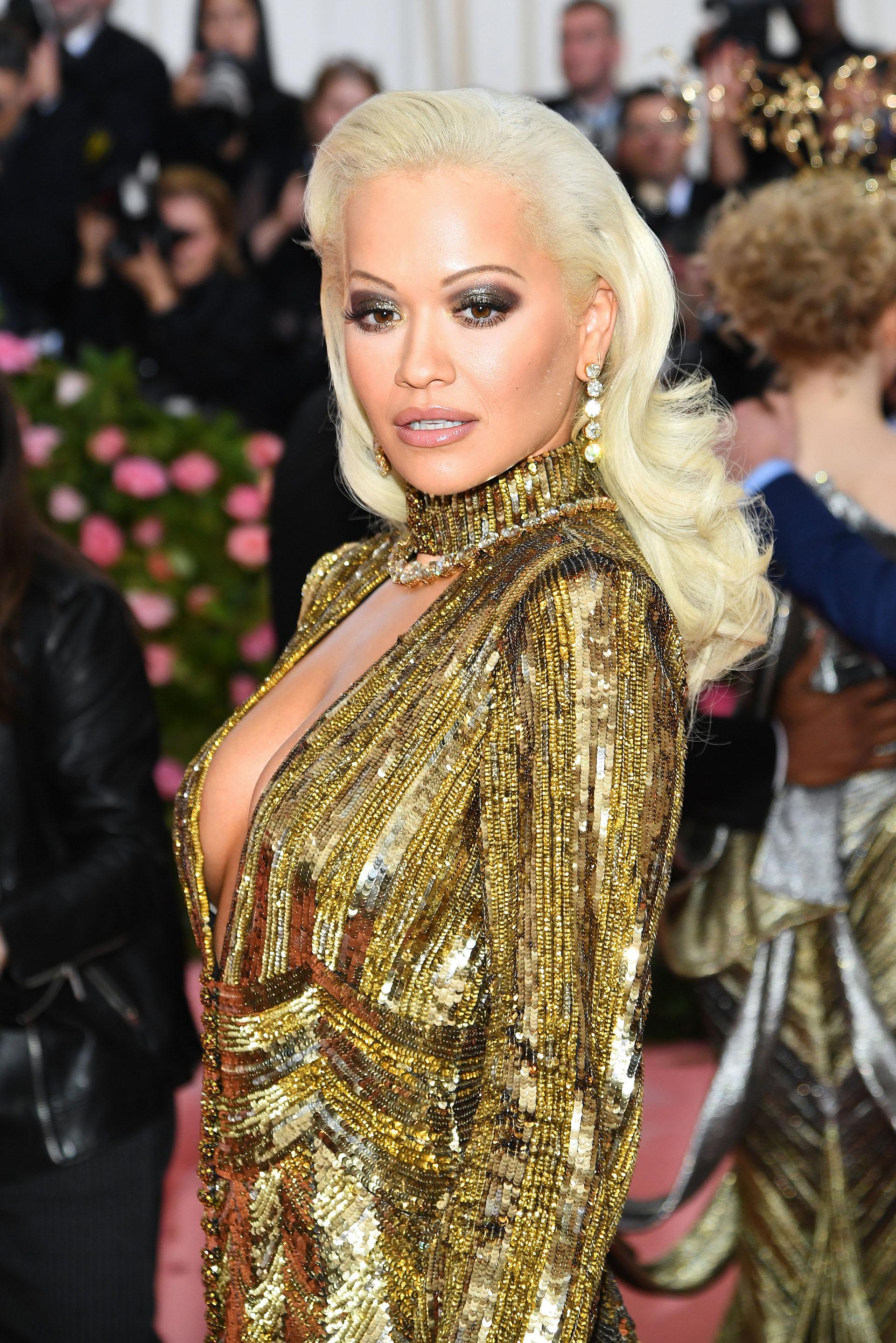 El vestido que eligió la actriz cantante británica Rita Ora quedó opacado por su elección de maquillaje y peinado: ojos marcados y cejas casi imperceptibles