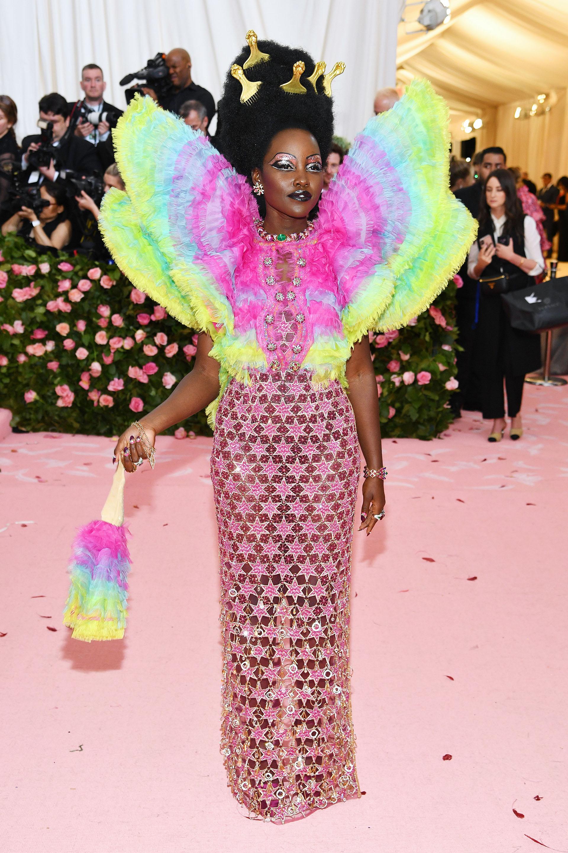Afro queen: Lupita Nyong'o no quiso pasar desapercibida. El maquillaje, el peinado y el vestido por Valentino, cada unohablapor sí solo