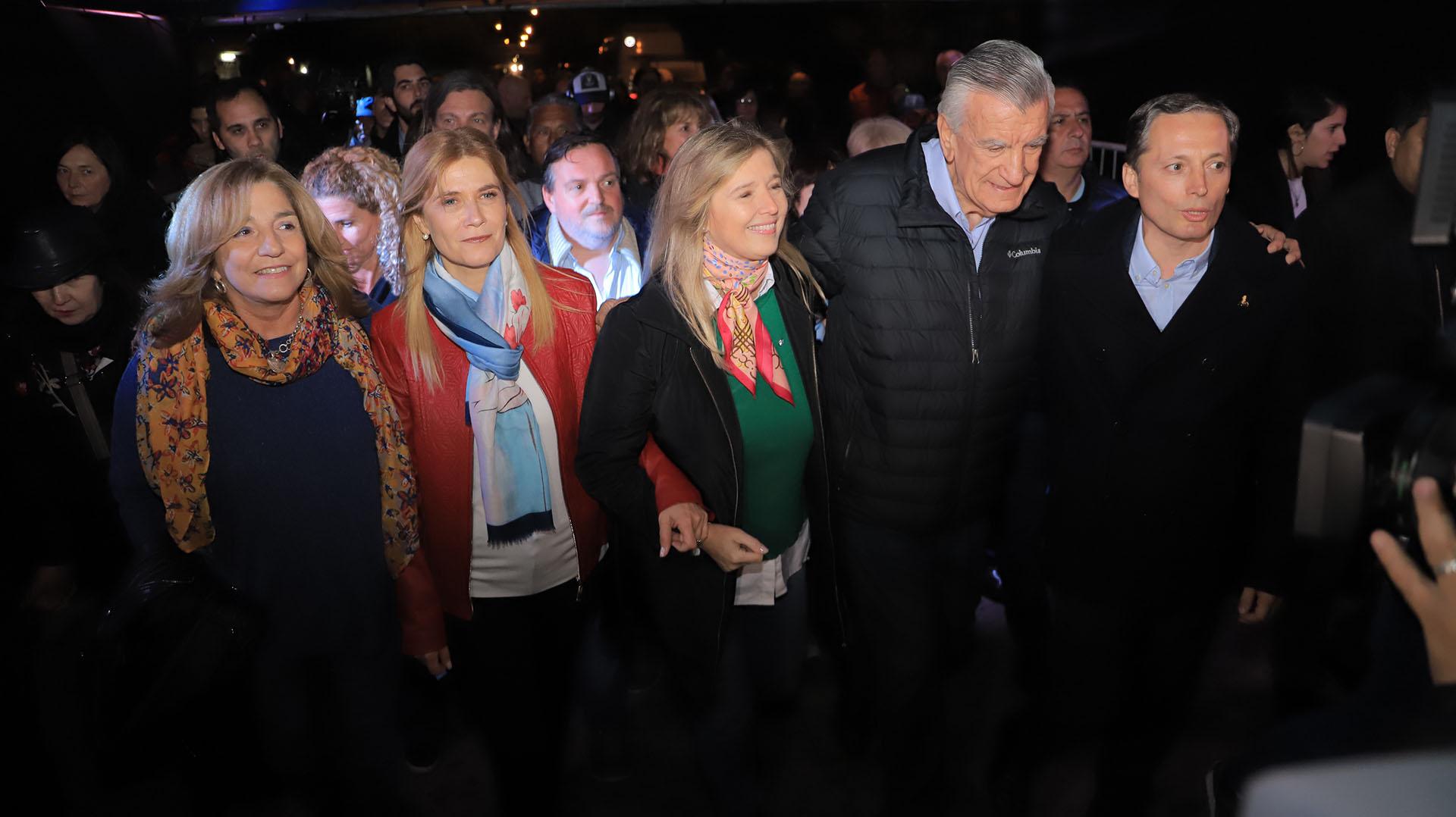 El lunes por la noche hubo una vigilia. En la foto, Verónica Magario, Cristina Álvarez Rodríguez, José Luis Gioja y Fernando Gray