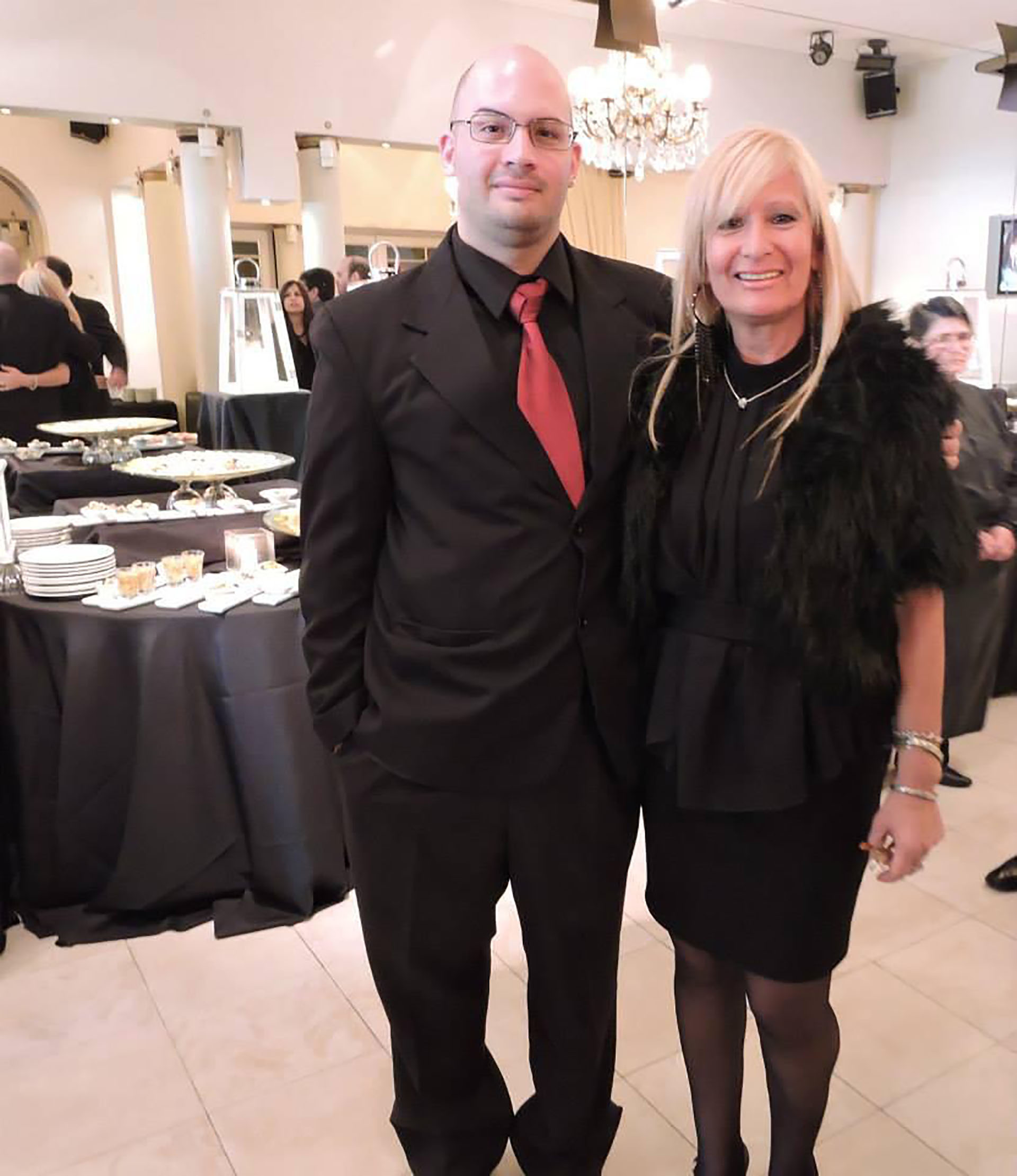 Nicolás Duarte junto a su madre, durante la celebración de una fiesta