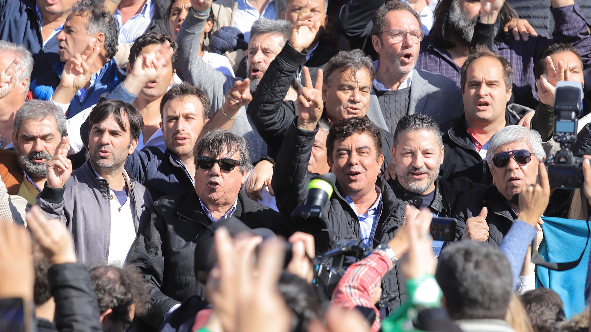 Hugo Moyano, Gustavo Menéndez, Fernando Espinoza, Víctor Santa María, Francisco Echarrenpaco du fueron algunos de los dirigentes que participaron de la convocatoria
