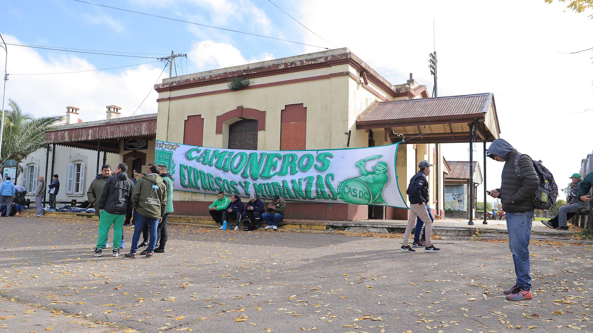 Hugo y Pablo Moyano llegaron a Los Toldos con gremialistas de Camioneros