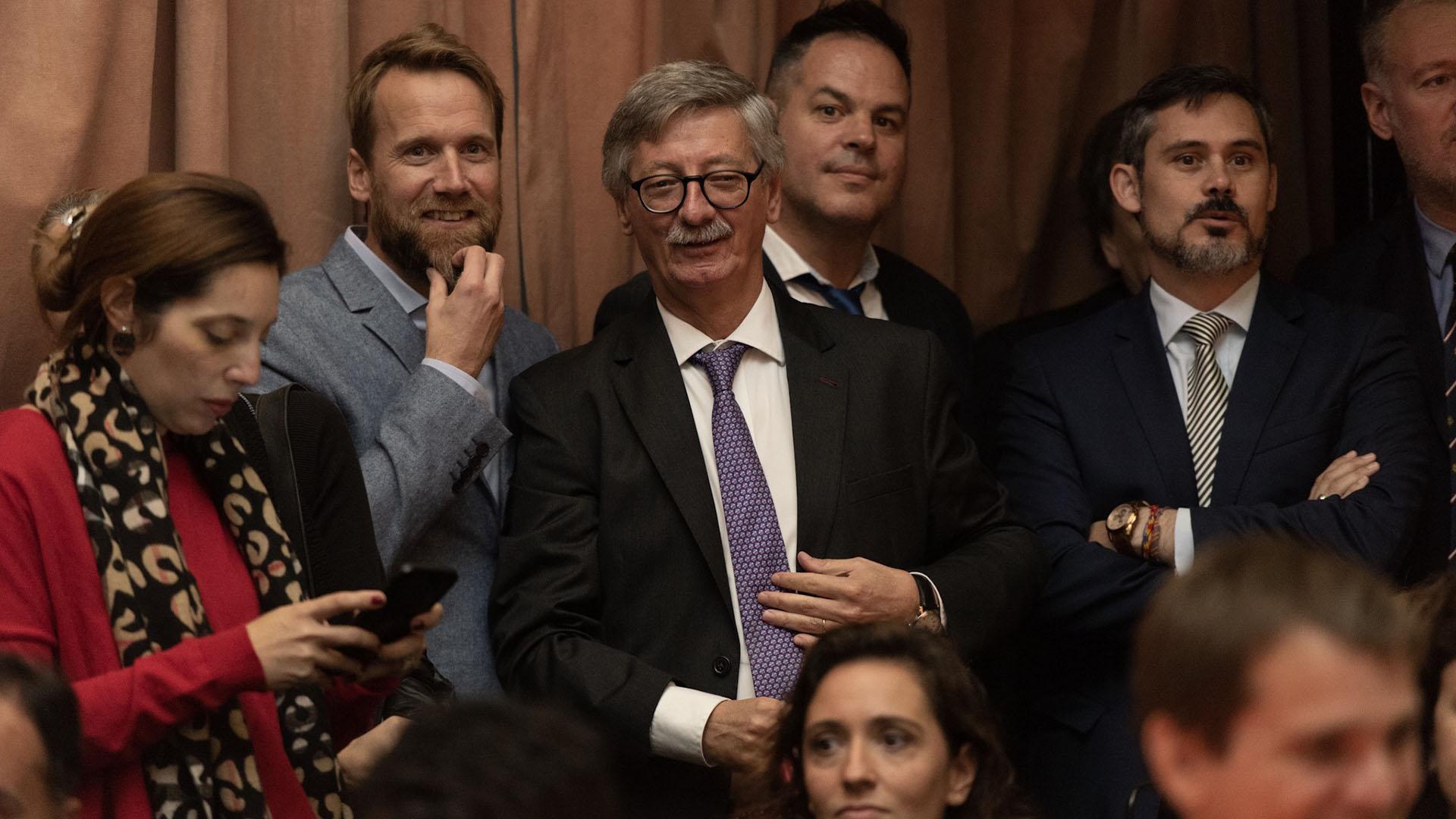 Los fiscales Diego Iglesias (saco gris) y Eduardo Taiano (corbata violeta) estuvieron en la ceremonia