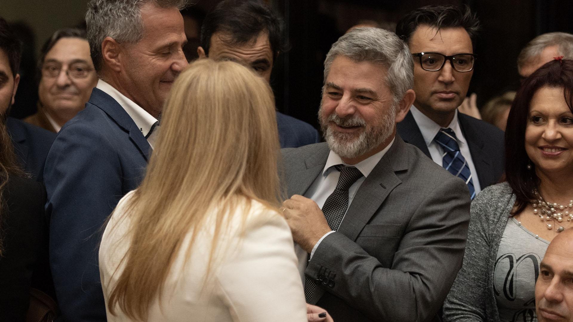 El juez federal Sebastián Ramos (traje y corbata gris)