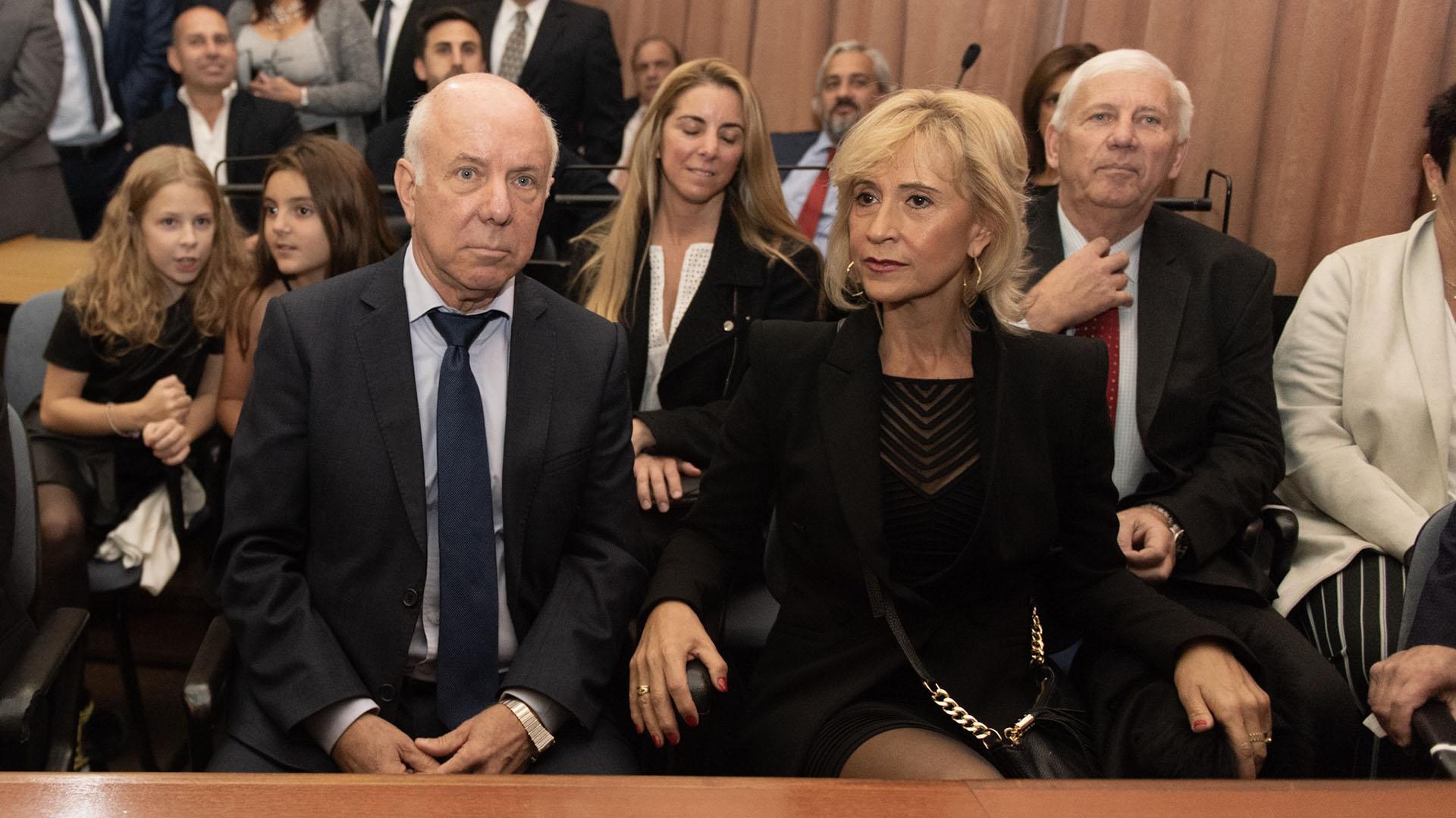 El jefe de seguridad de AFA y papá de la flamante jueza, Carlos Capuchetti, junto a su pareja.