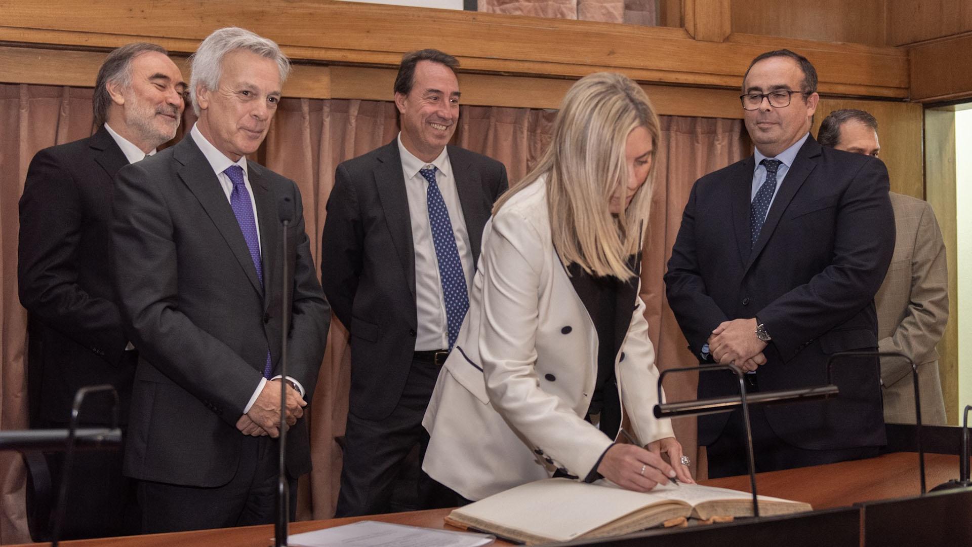 El presidente de la Cámara Federal, Martín Irurzun, le tomó juramento. En la foto, de corbata violeta. Detrás de él, sus colegas Leopoldo Bruglia, Mariano Llorens y Pablo Bertuzzi