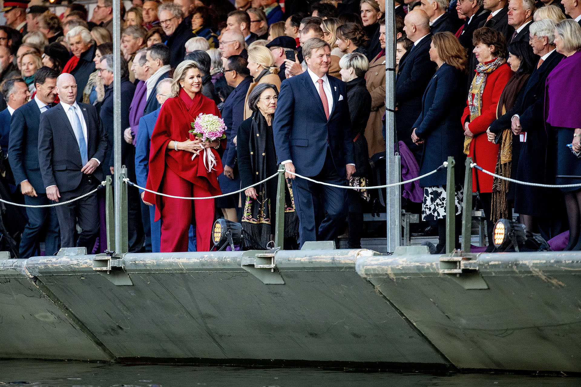 Al igual que el día anterior, la reina se protegió del frío con una amplia capa