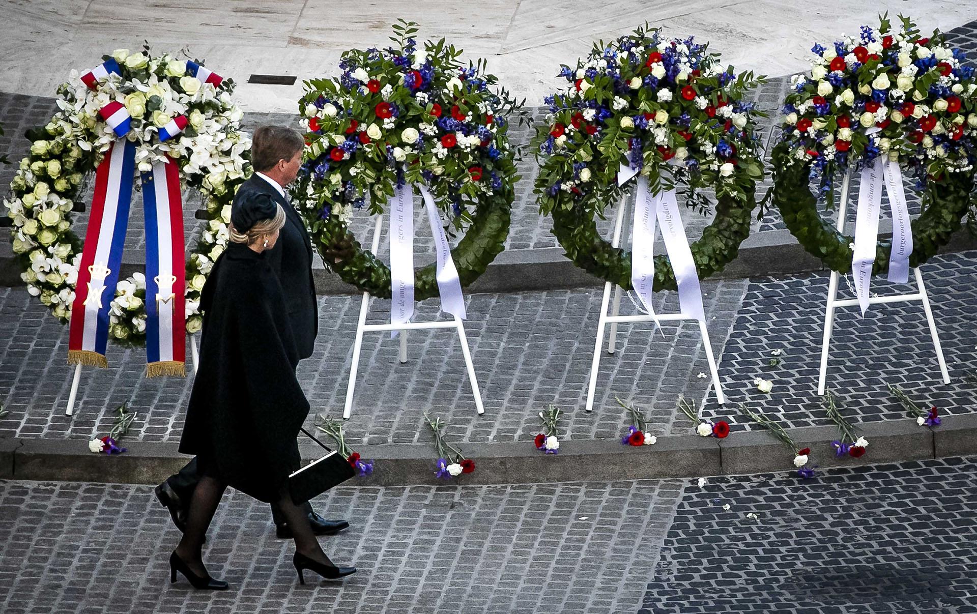 Los reyes de Holanda a su llegada al Dam Memorial, en el marco del aniversario del Día de la Liberación