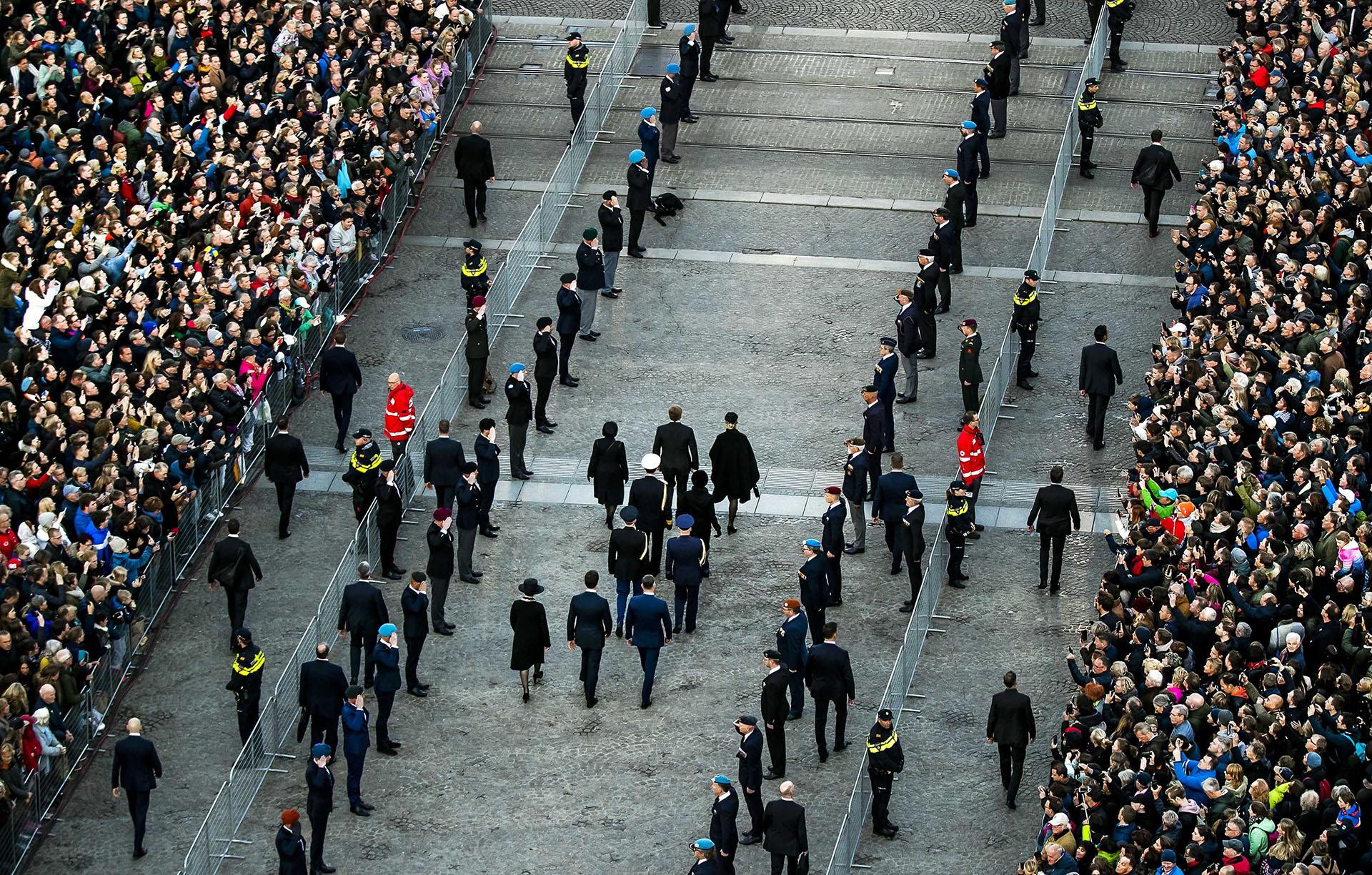 Una multitud aguardó a la pareja real en Plaza Dam, en el centro de Amsterdam